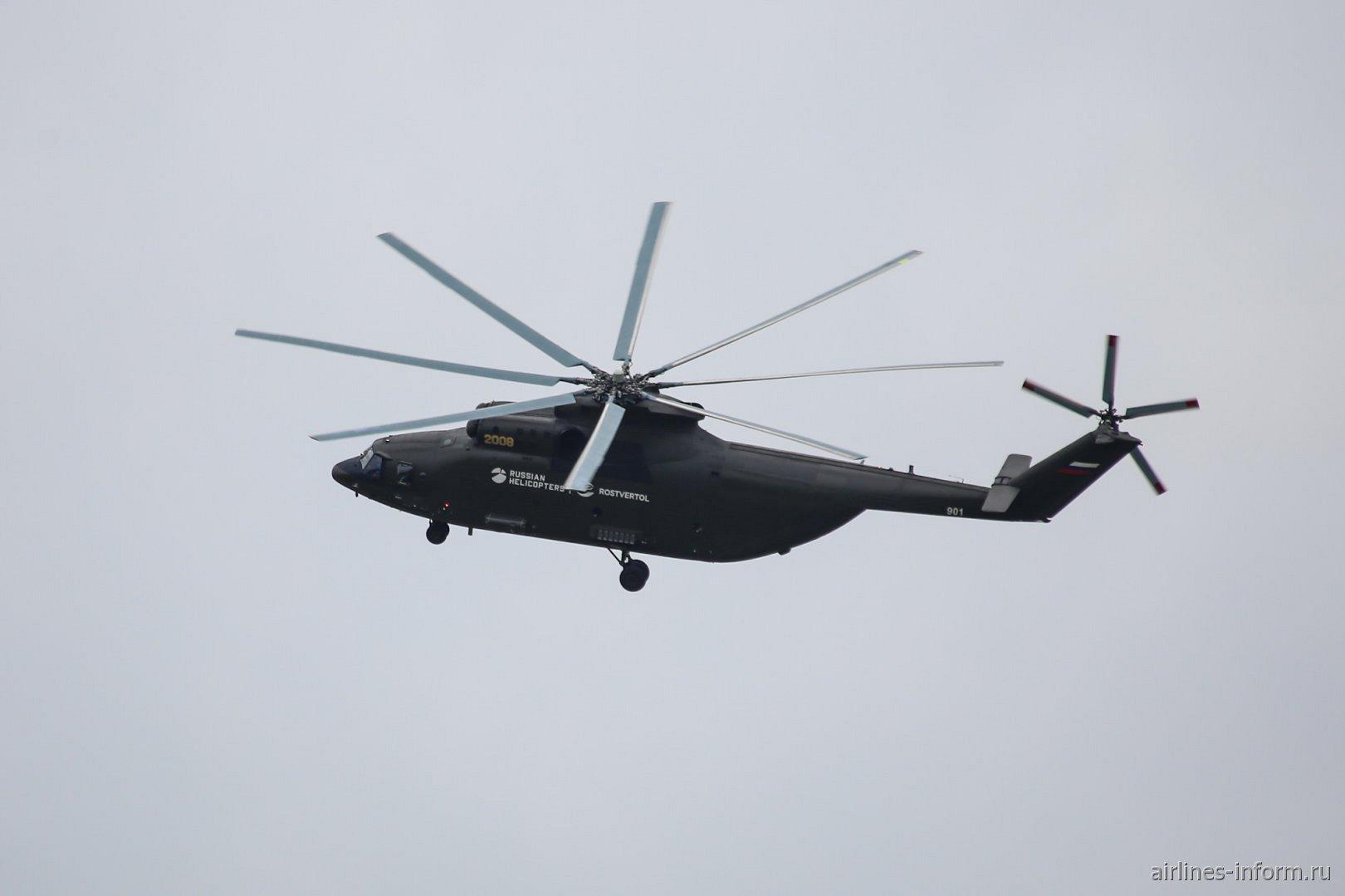 Вертолет Ми-26Т2 в полете на авиасалоне МАКС-2017