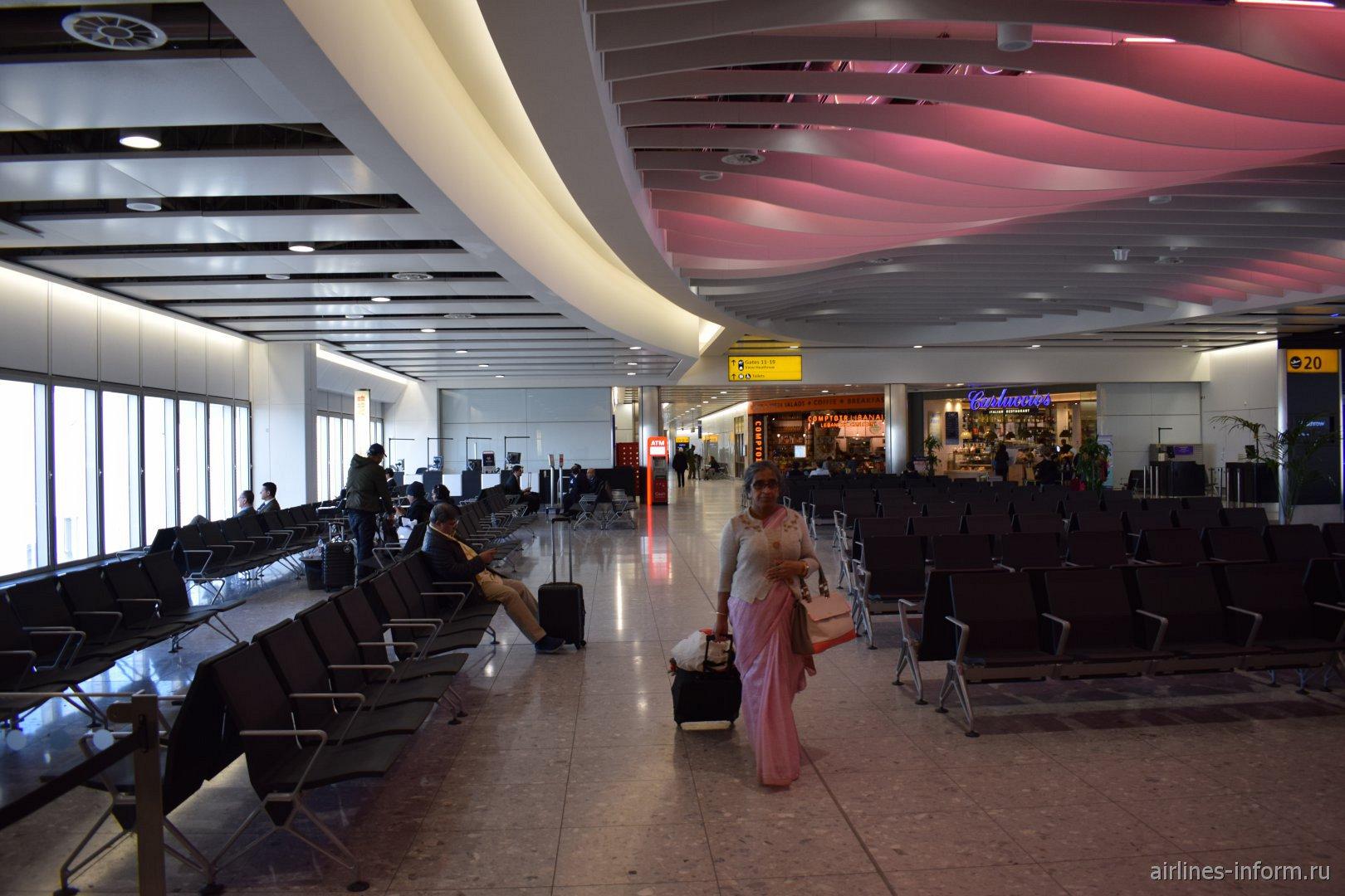 Залы ожидания в чистой зоне терминала 4 аэропорта Лондон Хитроу