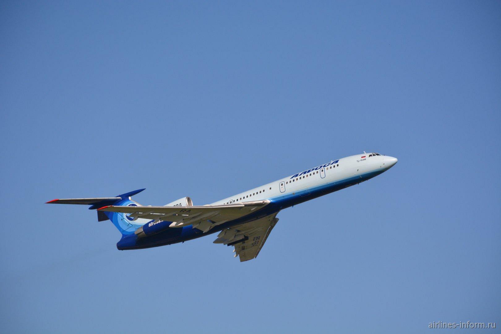 Взлет самолета Ту-154М RA-85684 из аэропорта Сочи