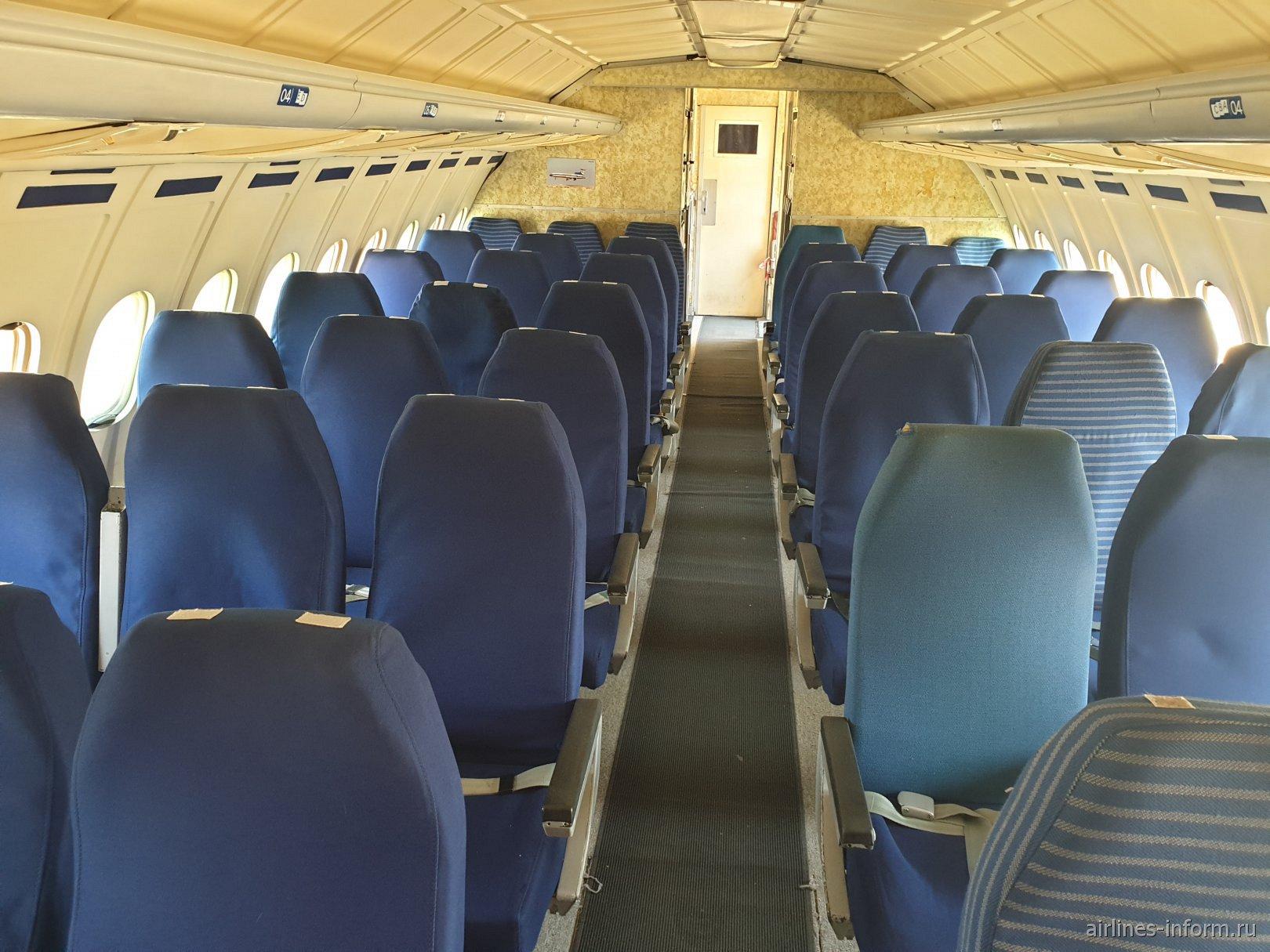 Пассажирский салон в самолете Ту-154Б-2 авиакомпании Malev