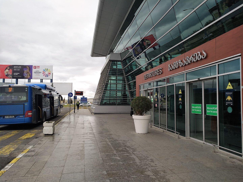 Вход в аэровокзал аэропорта Тбилиси