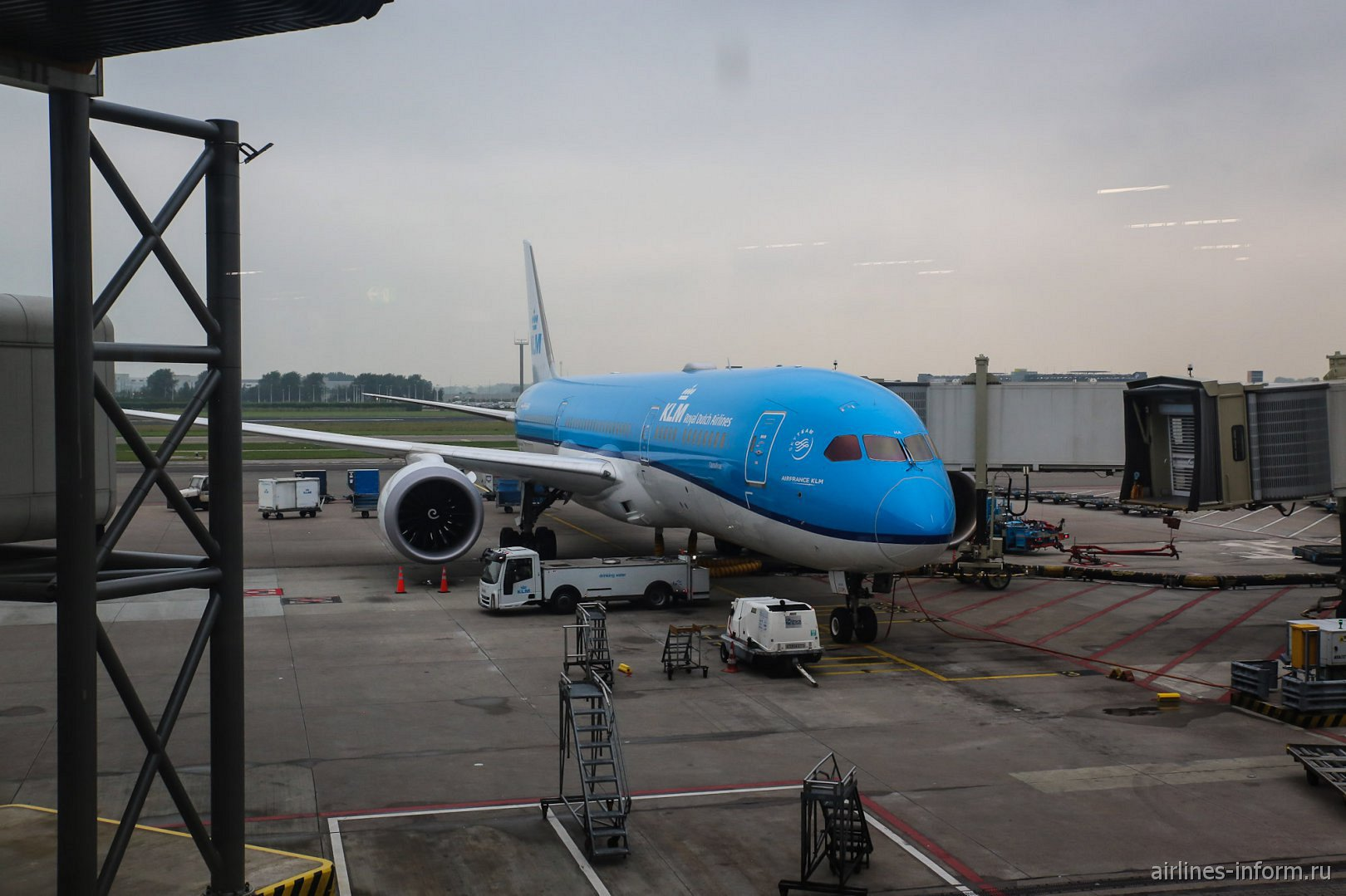 Боинг-787-9 авиакомпании KLM в аэропорту Амстердама
