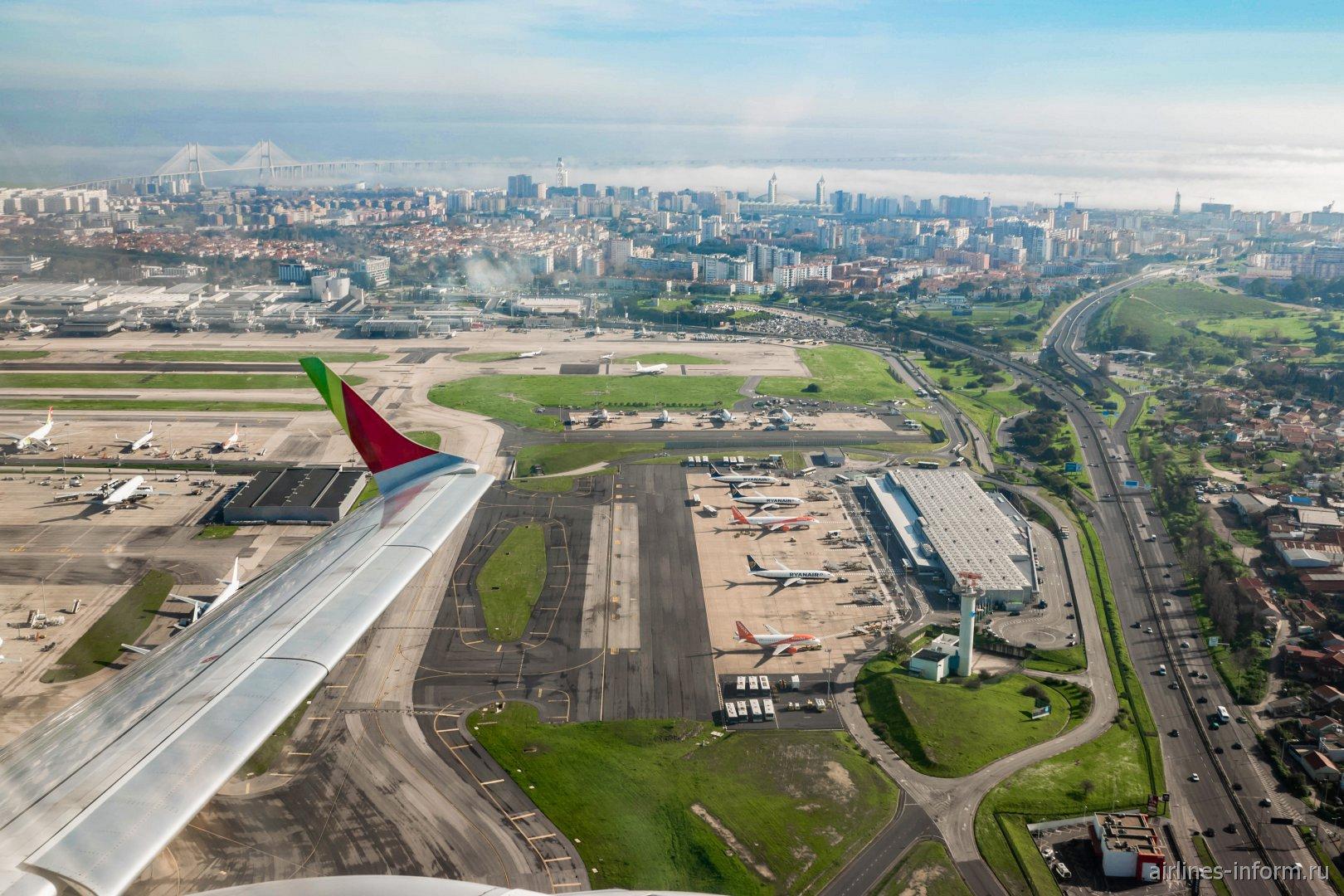 Вид на аэропорт Лиссабона при взлете - на переднем плане терминал 2, на заднем плане терминал 1