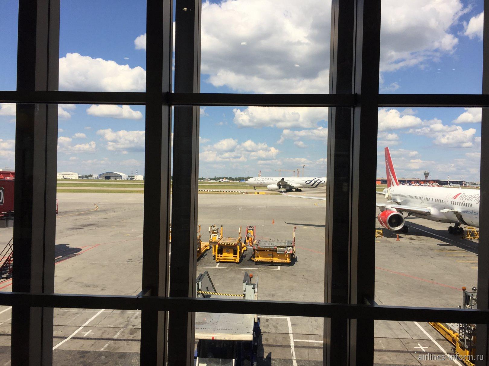 Прилетел а330-333 аэрофлот Sky Team из Майами,а рядом с ним Boeing 757-200 royal flight из Греции