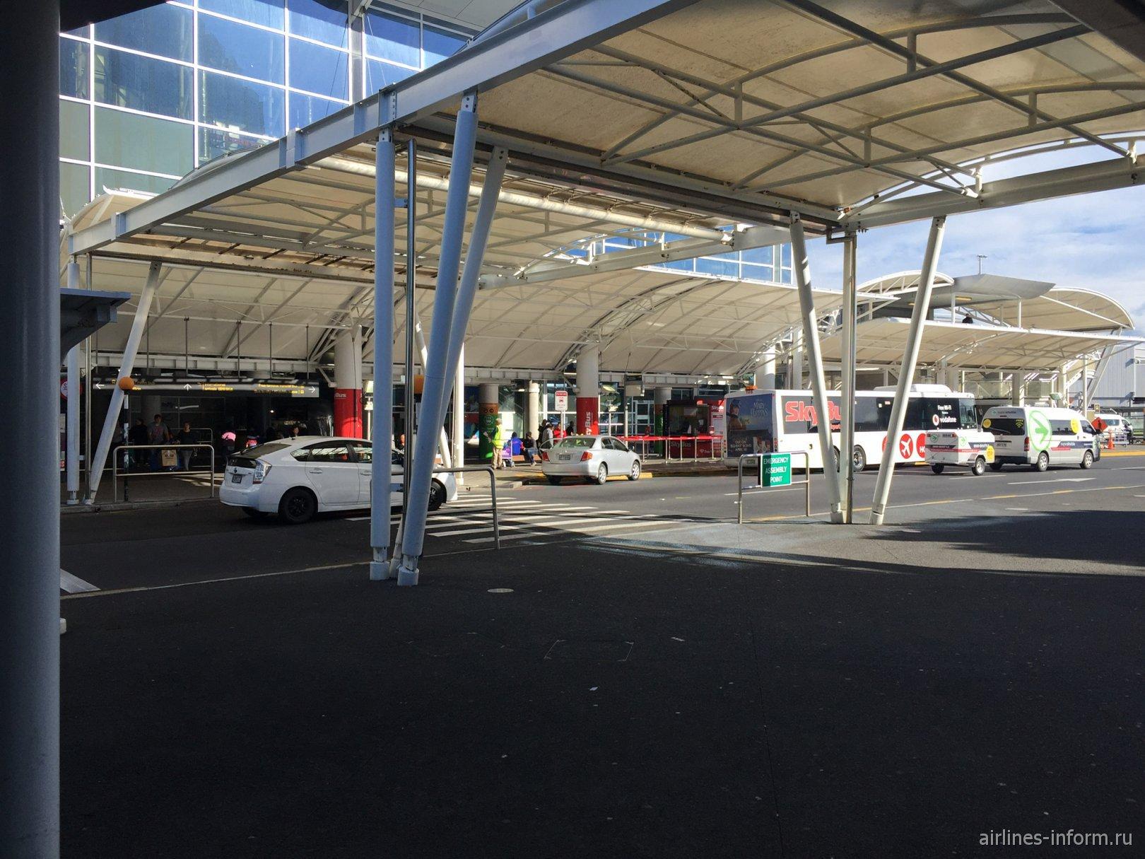 Навесы у входа в пассажирский терминал аэропорта Окленд