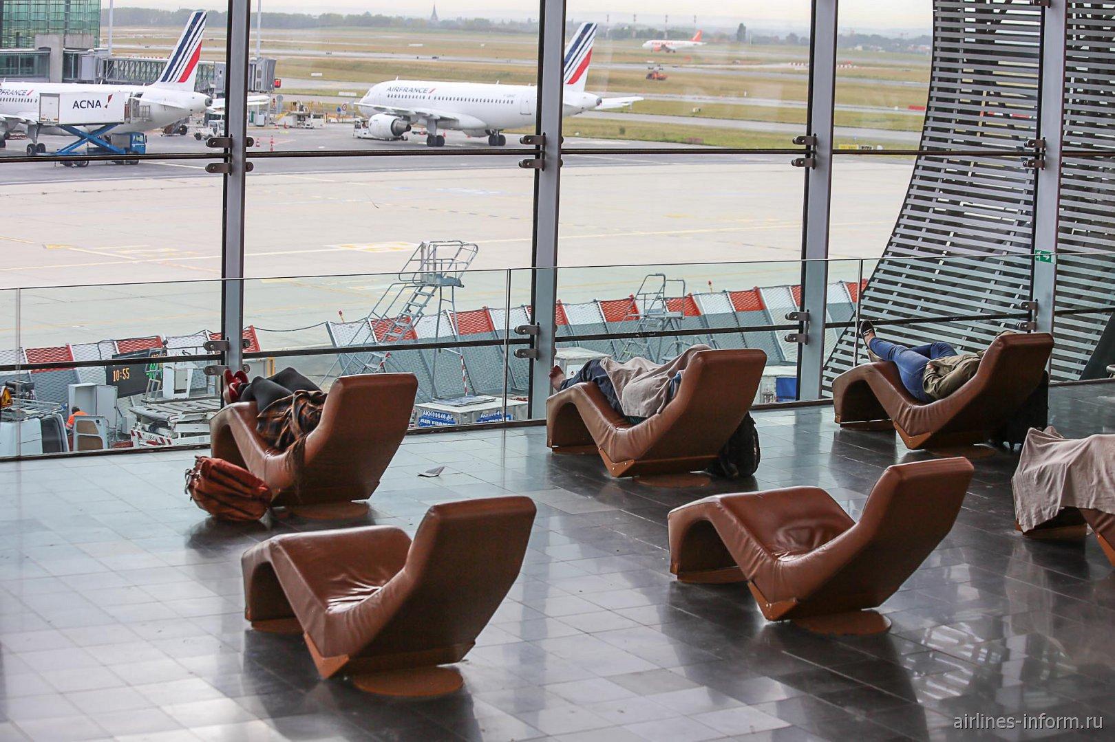 Кресла для отдыха пассажиров в чистой зоне терминала 2Е аэропорта Париж Шарль-де-Голль