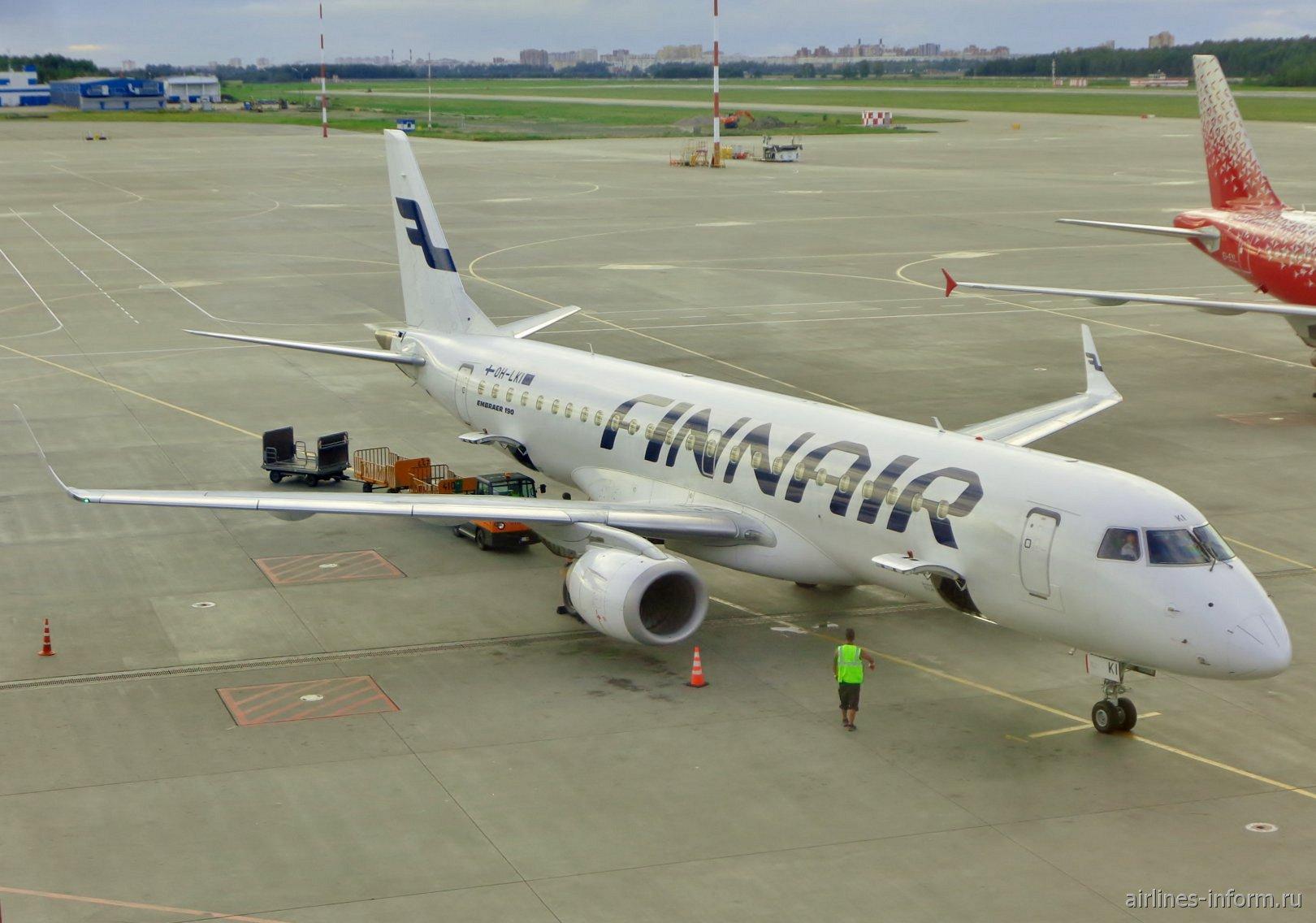 Самолет Embraer 190 авиакомпании Finnair в аэропорту Пулково