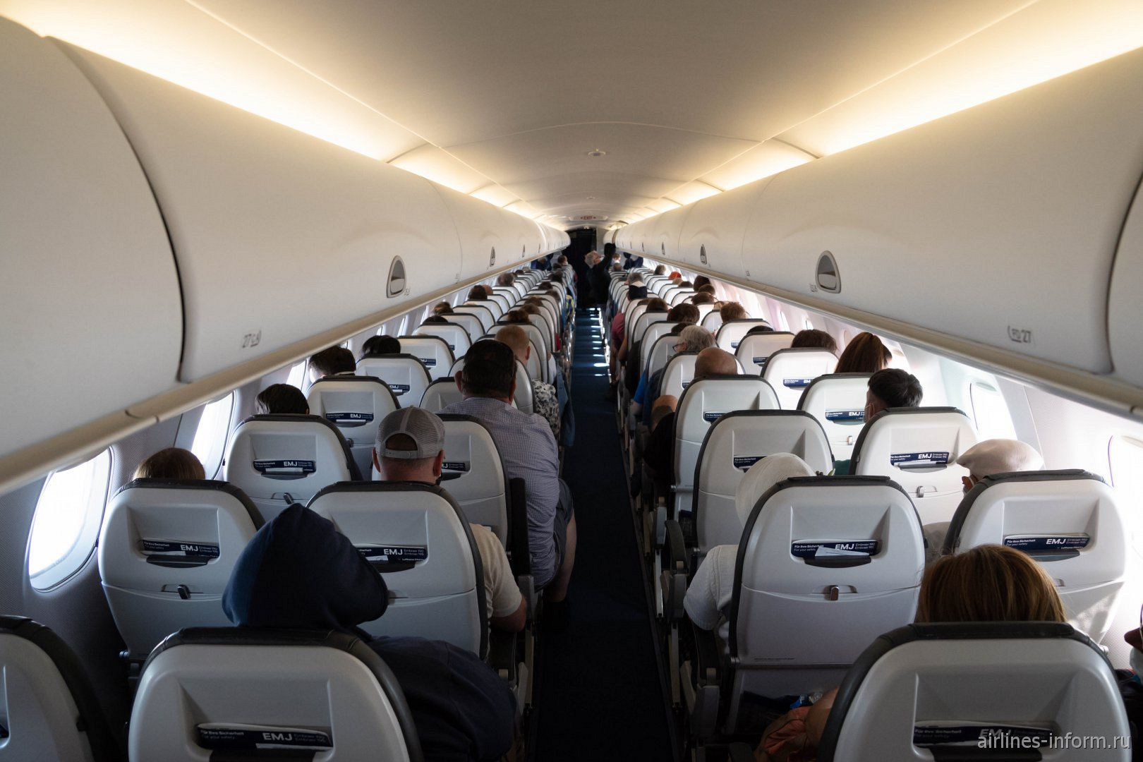 Пассажирский салон самолета Embraer 190 авиакомпании Lufthansa CityLine