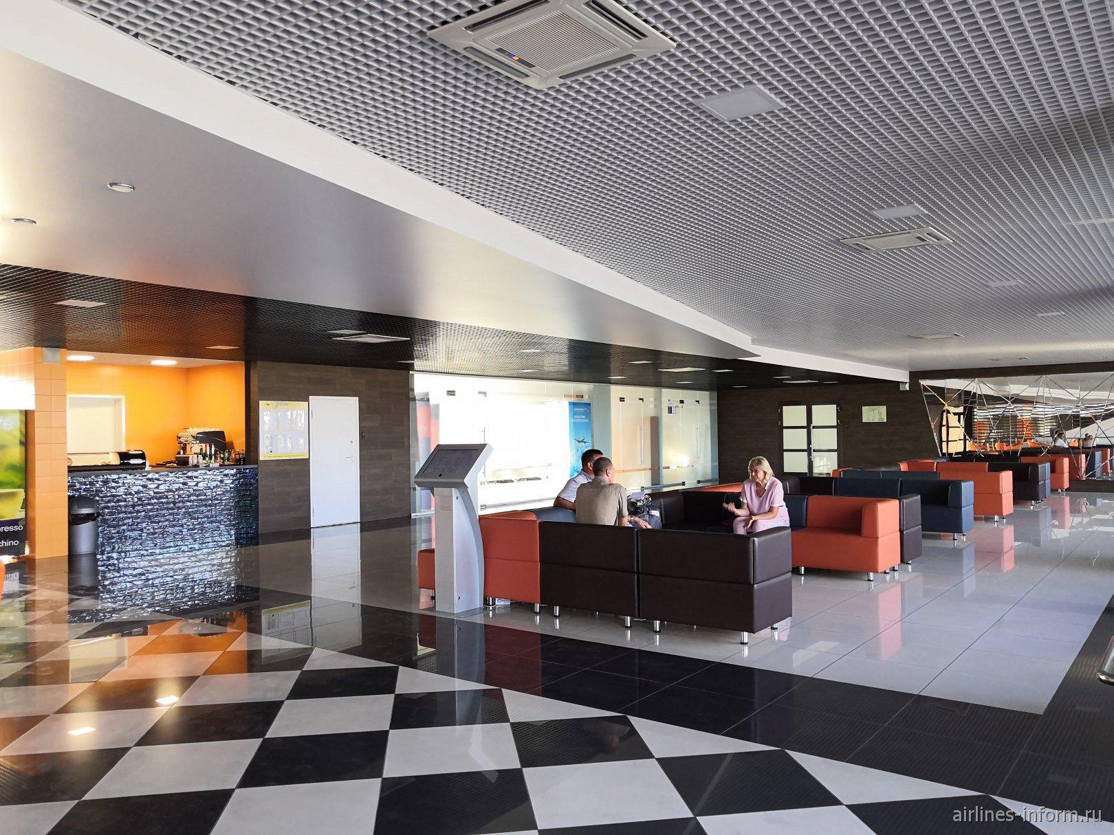 Зал ожидания на втором этаже аэровокзала аэропорта Магнитогорск