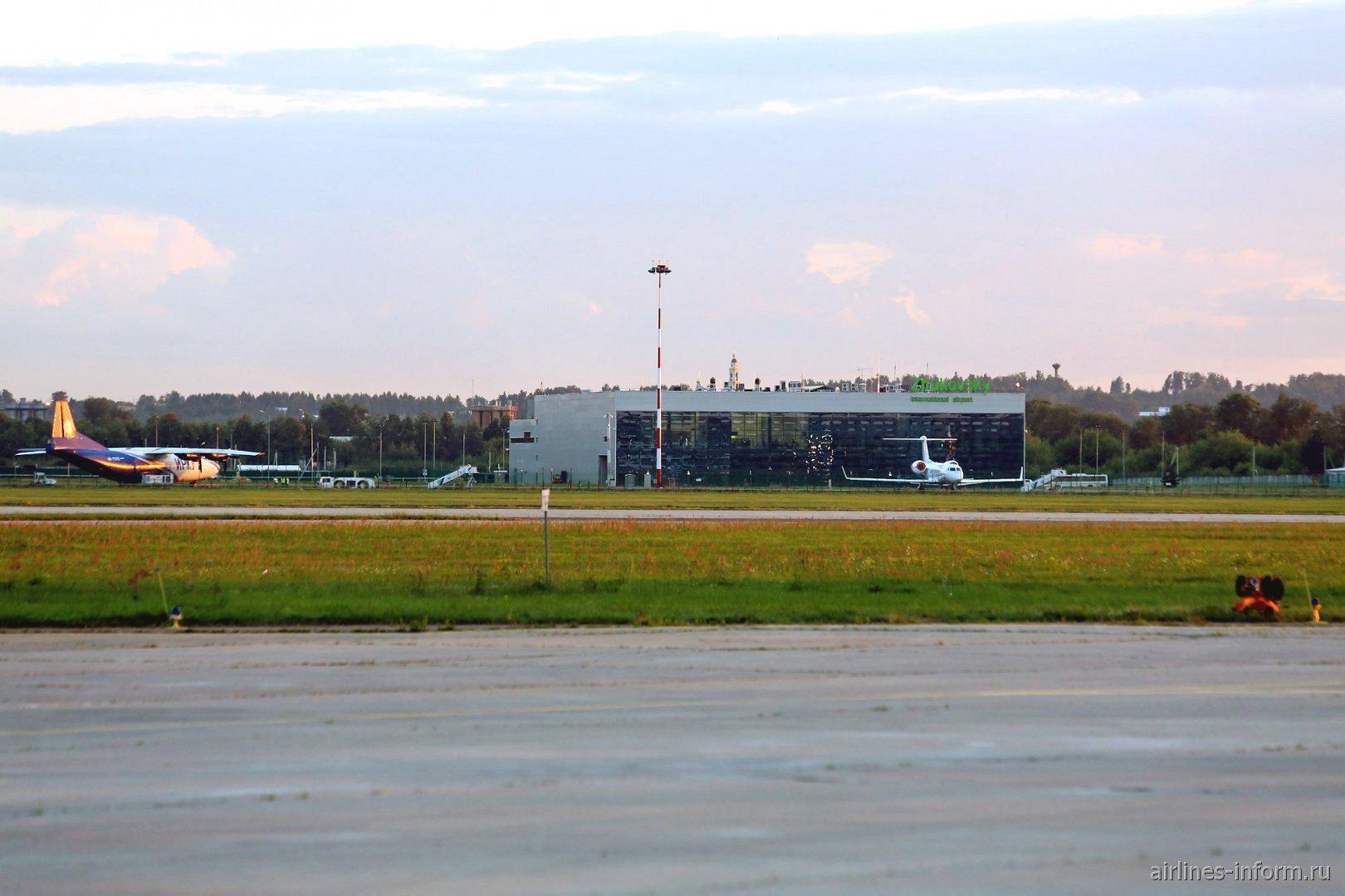 Фото аэропорта Жуковский со стороны летного поля