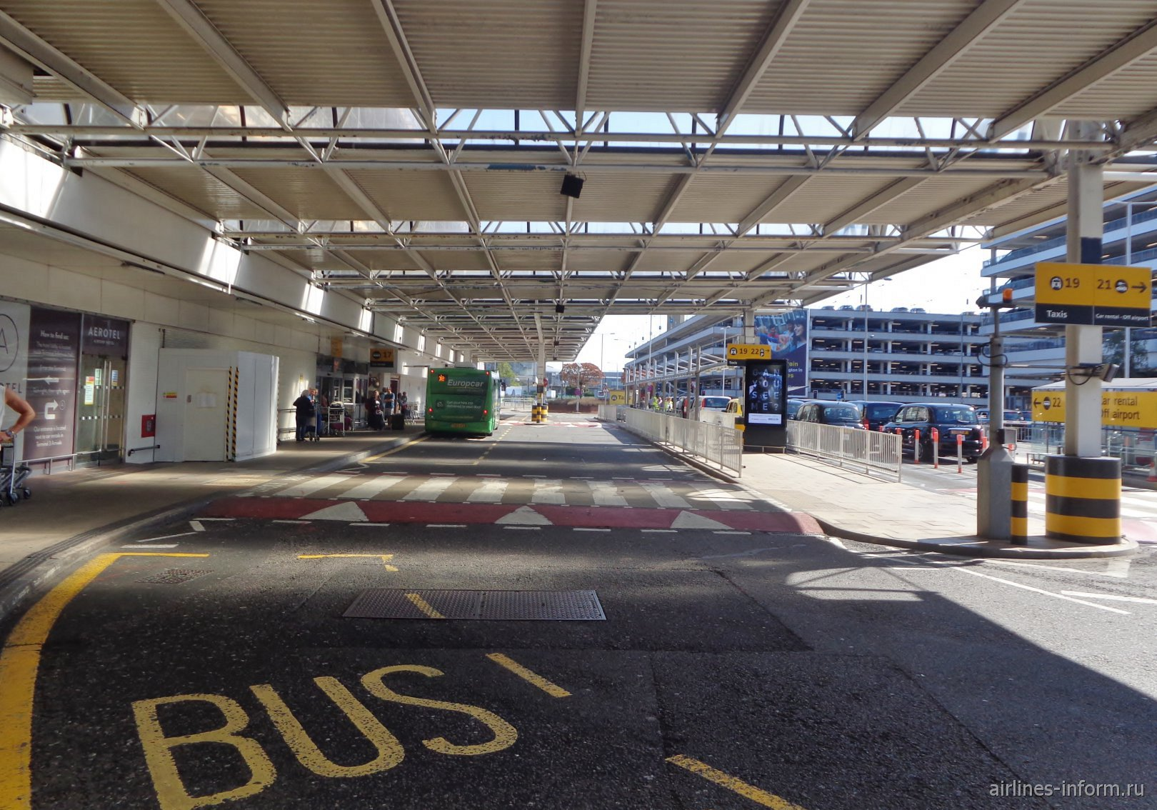 У выхода из терминала 3 аэропорта Лондон Хитроу