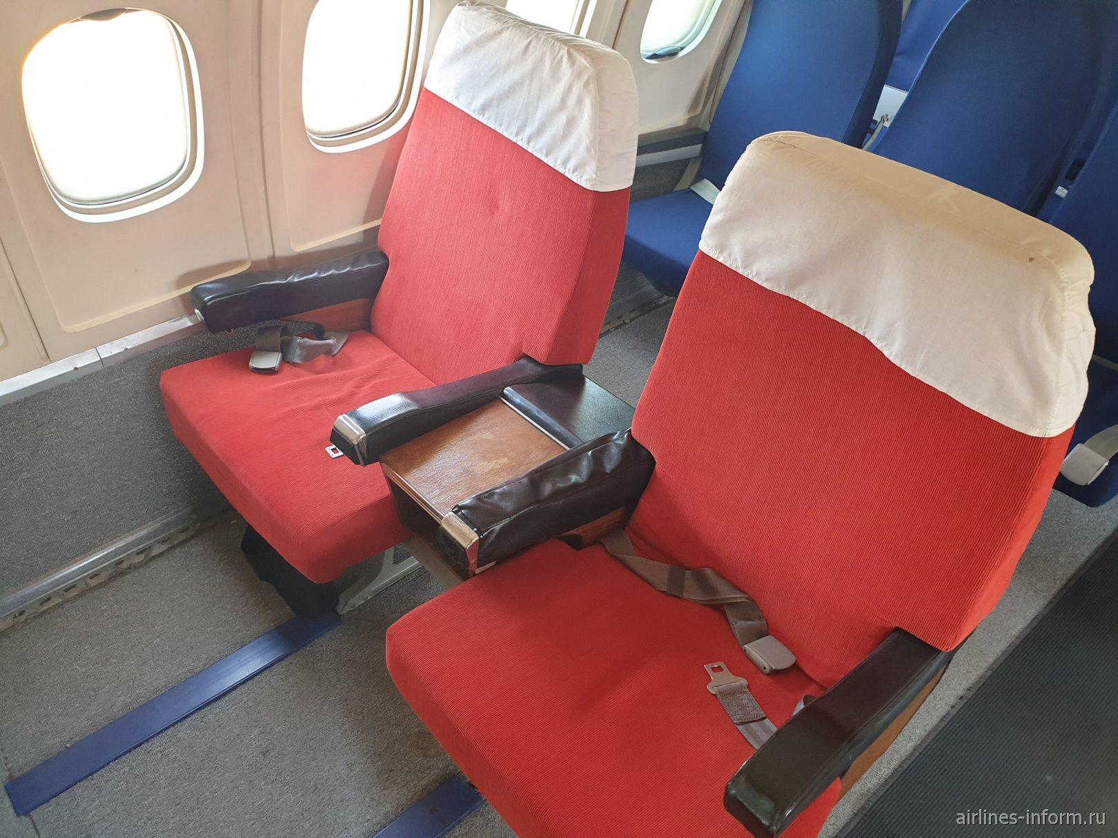 Кресла бизнес-класса в самолете Ту-154Б-2 авиакомпании Malev