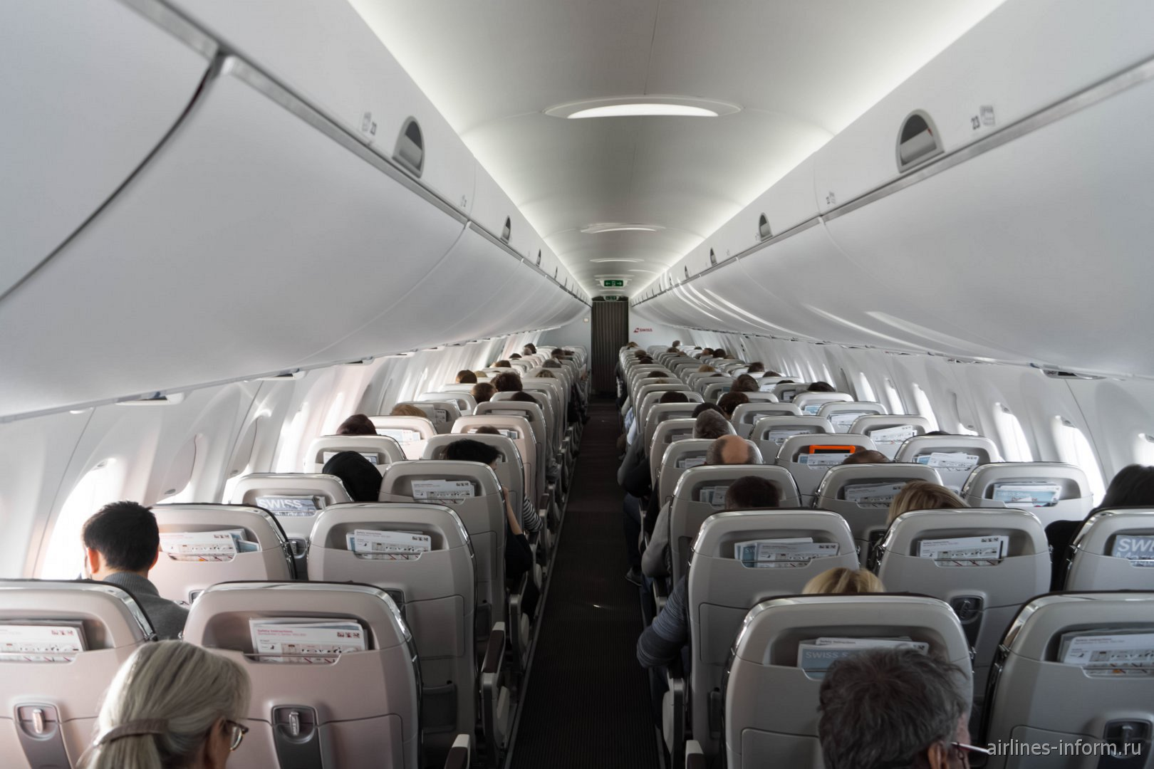 Пассажирский салон самолета Bombardier CS100 авиакомпании SWISS