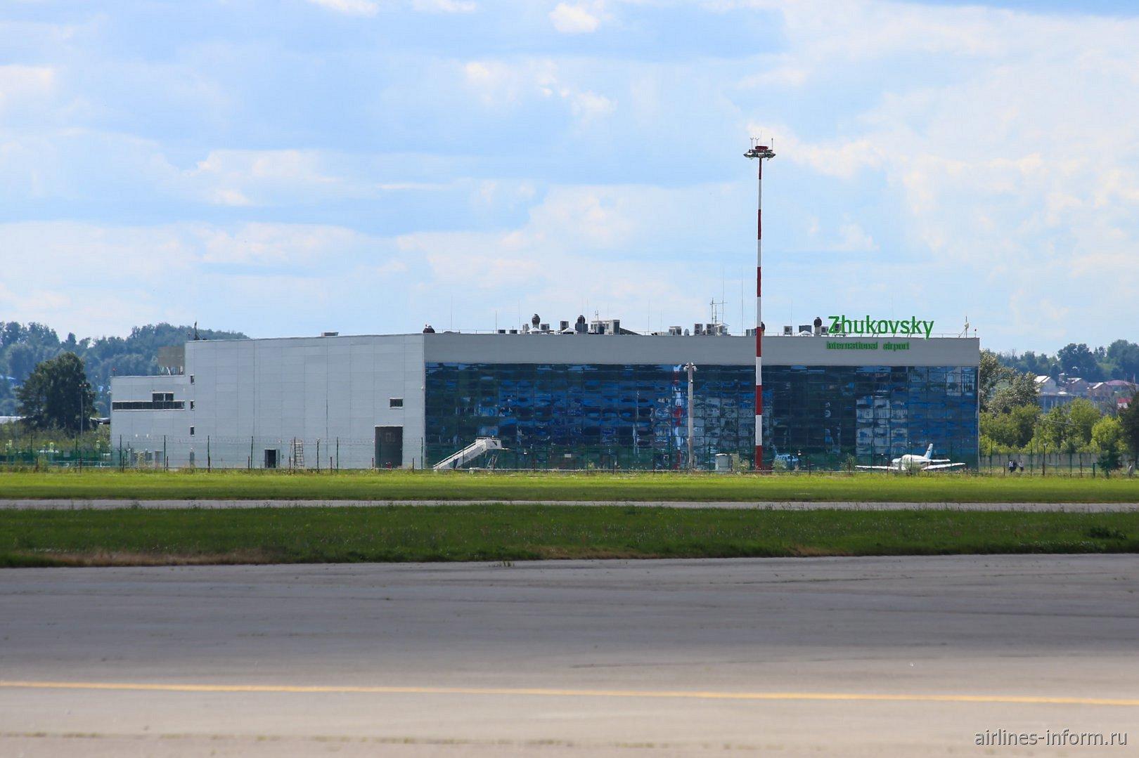 Вид с перрона на аэровокзал аэропорта Жуковский