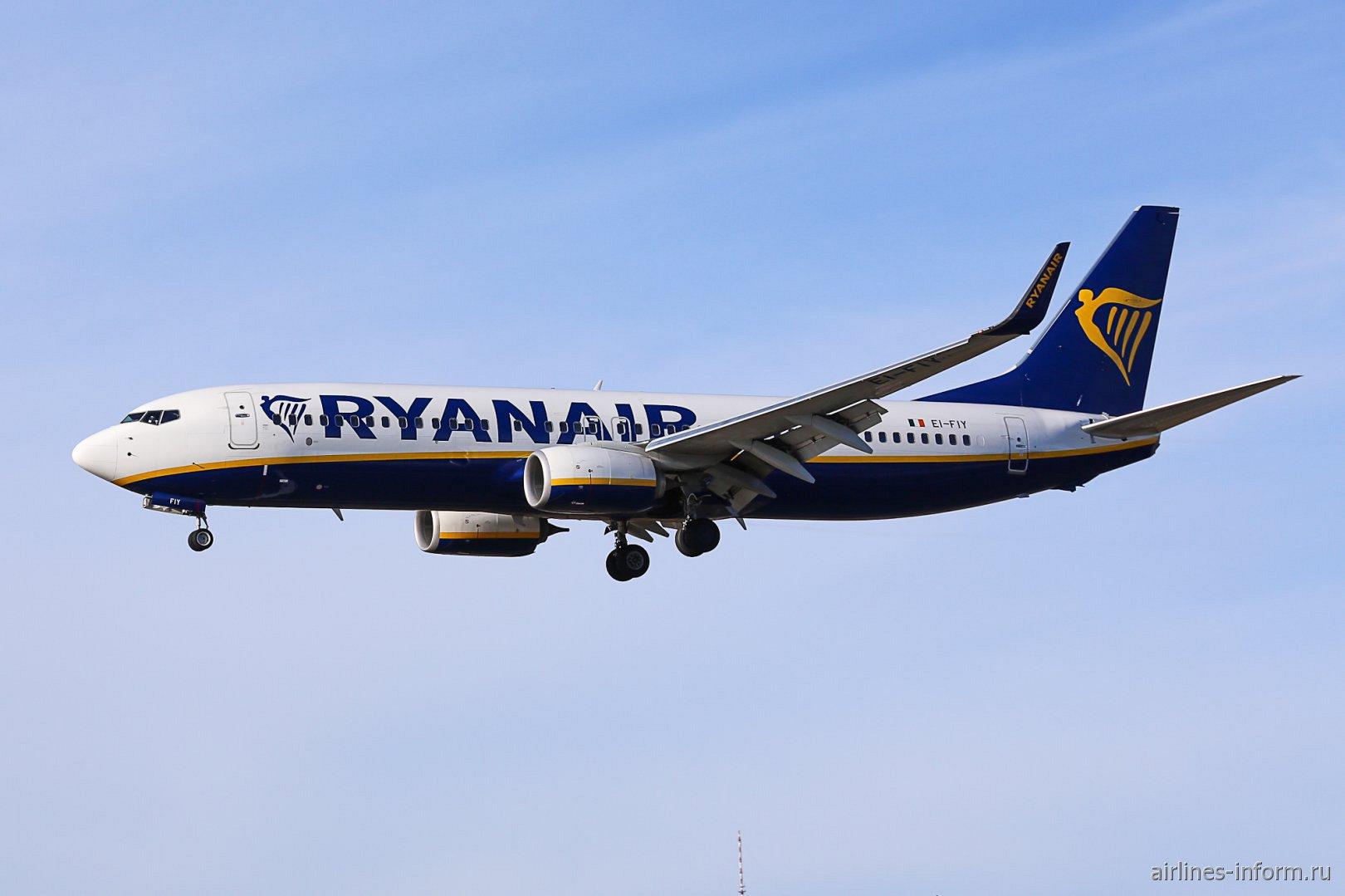 Боинг-737-800 EI-FIY авиакомпании Ryanair перед посадкой в аэропорту Зальцбурга