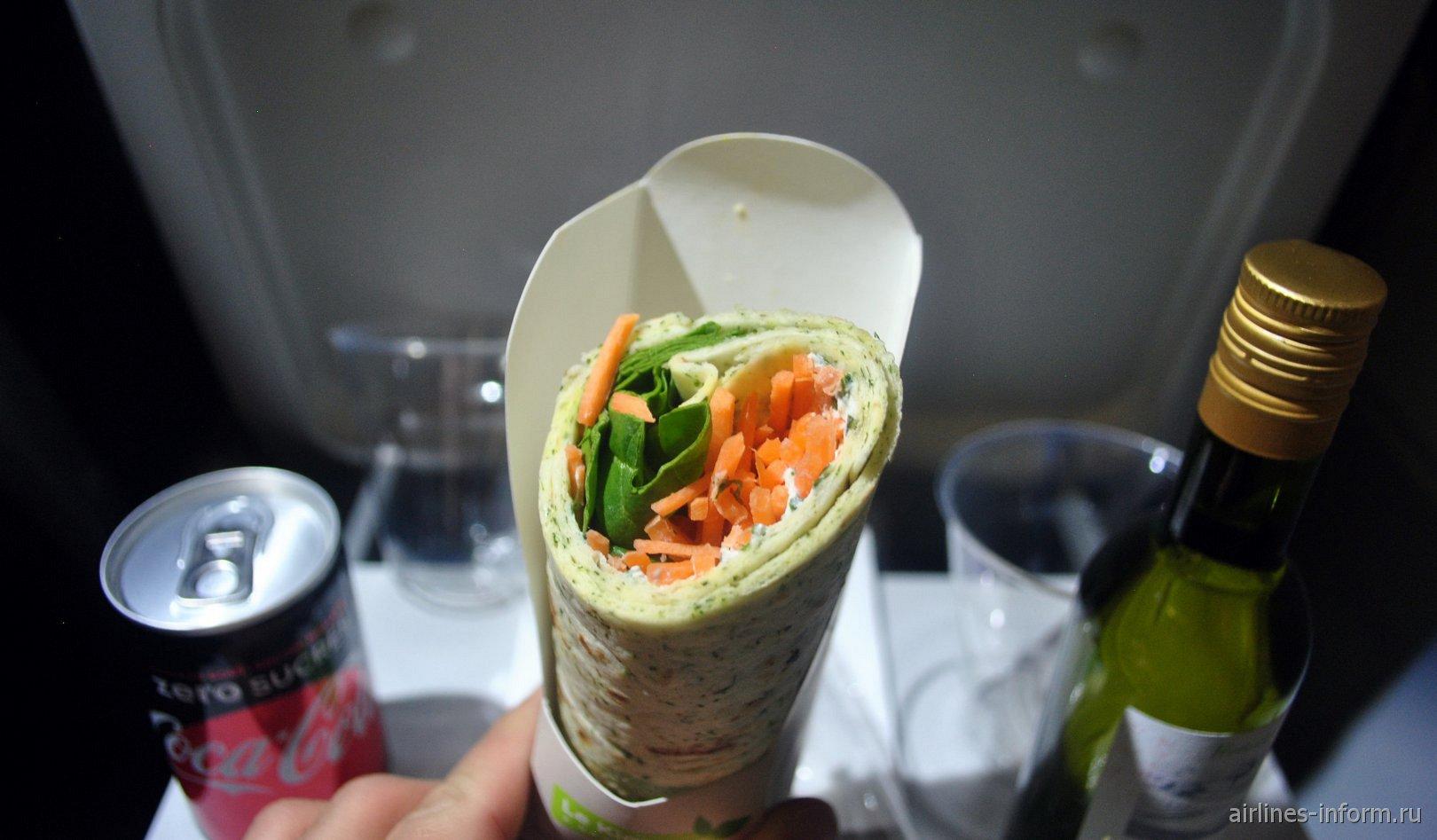Овощной рулет с напитками - питание на рейсе Париж-Милан авиакомпании Air France