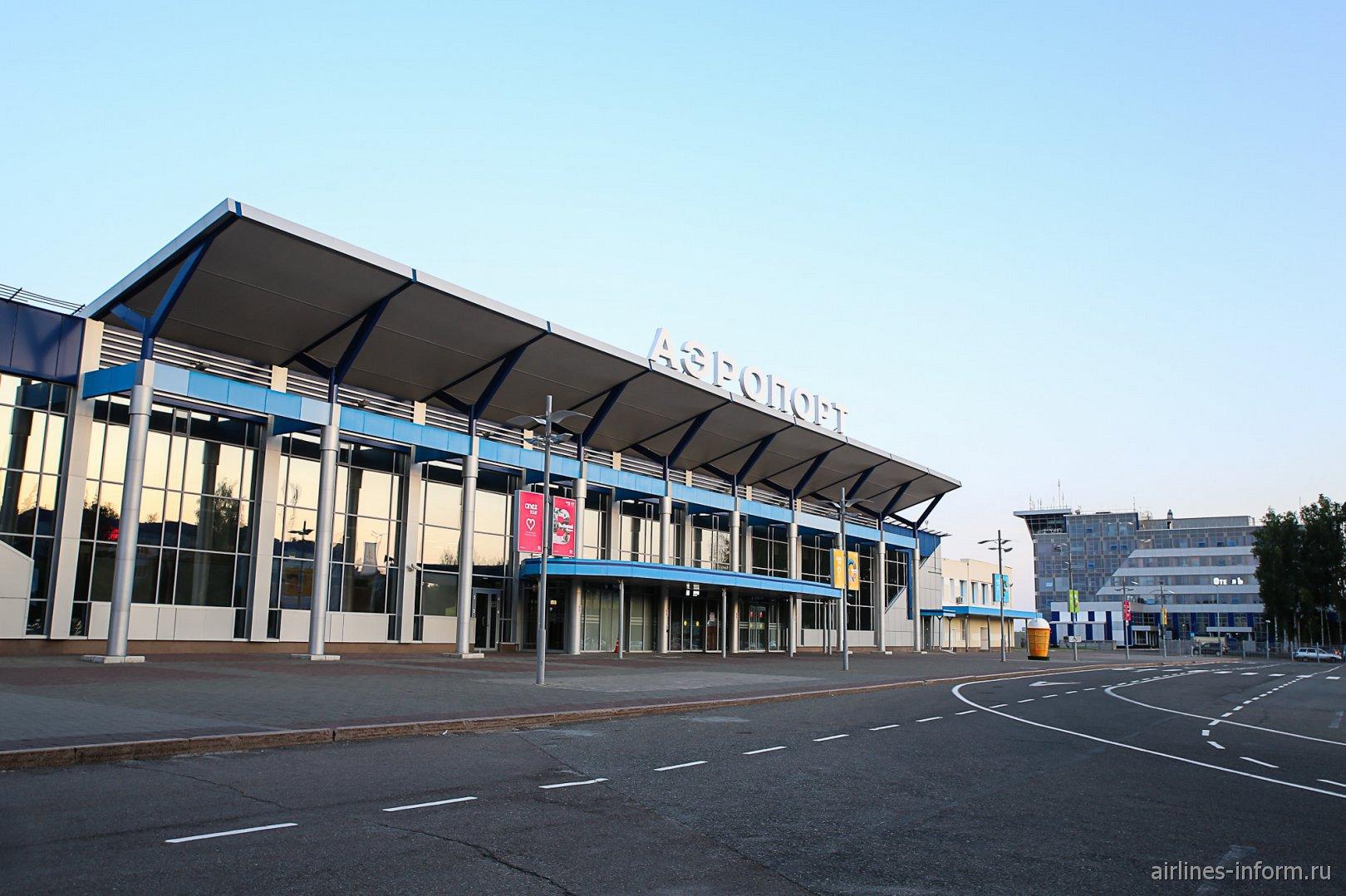 Вид на аэровокзал и диспетчерскую вышку аэропорта Томск со стороны привокзальной площади