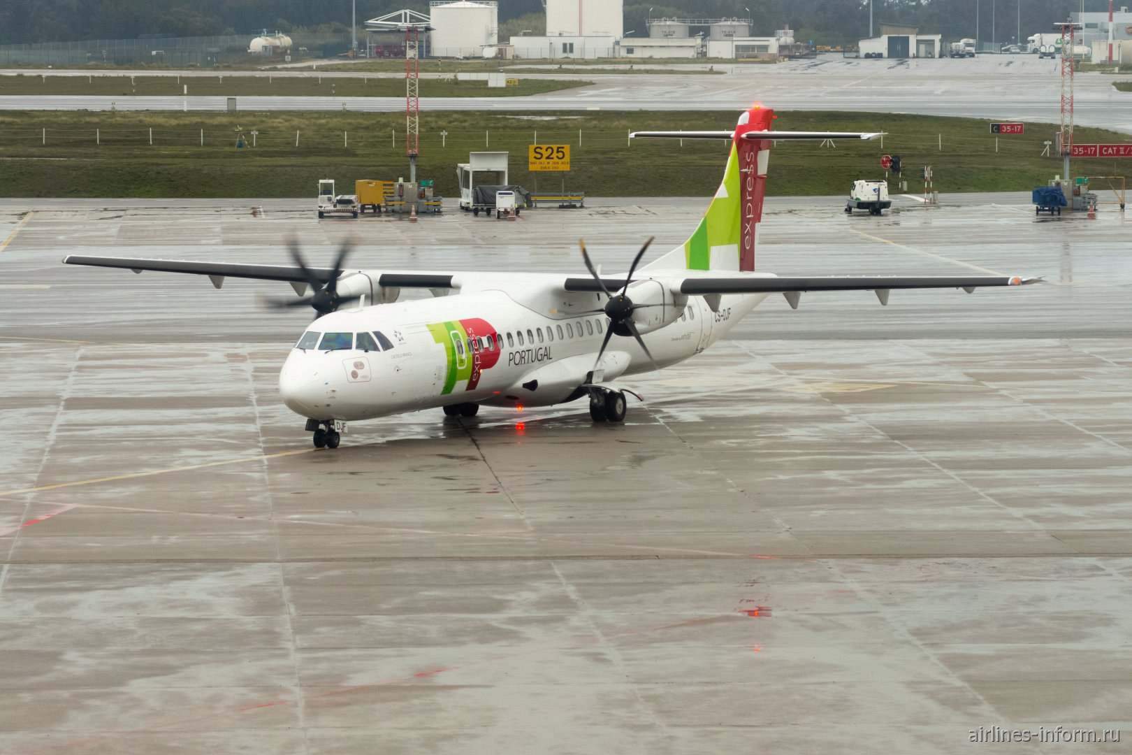 Cамолет ATR 72 авиакомпании White Airways в окраске TAP Express в аэропорту Порту