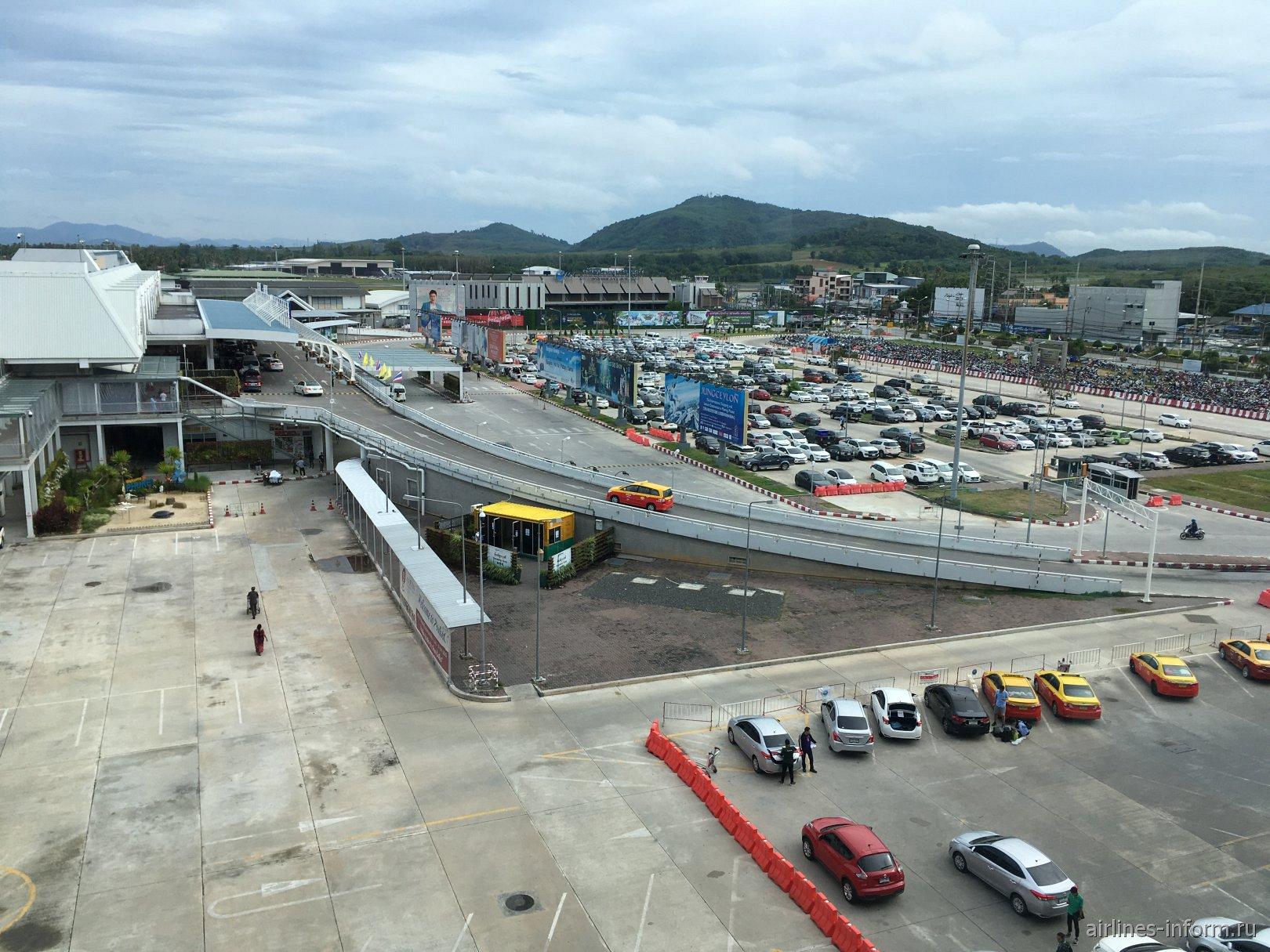 Привокзальная площадь возле терминала внутренних авиалиний аэропорта Пхукет