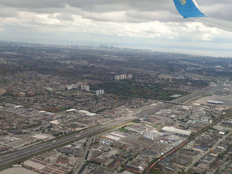 Вид на город Торонто перед посадкой в аэропорту Пирсон