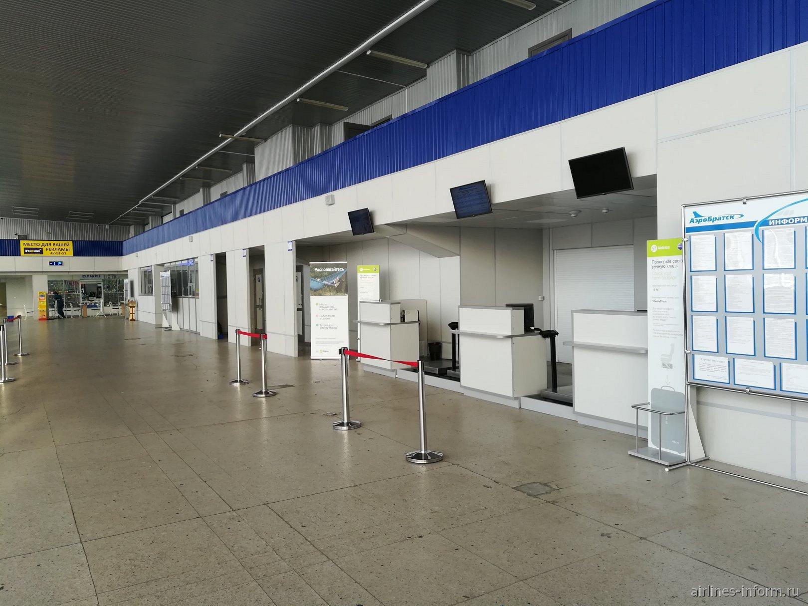 Стойки регистрации в аэропорту Братск