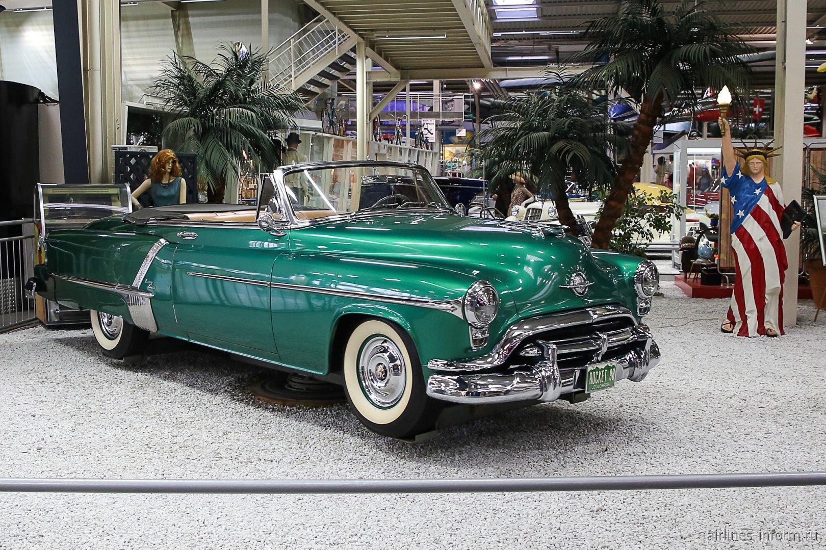 Автомобиль Олдсмобил-80 в музее техники в Зинсхайме