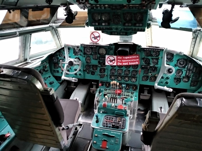 Пилотская кабина самолета Ил-62 в музее авиации Украины