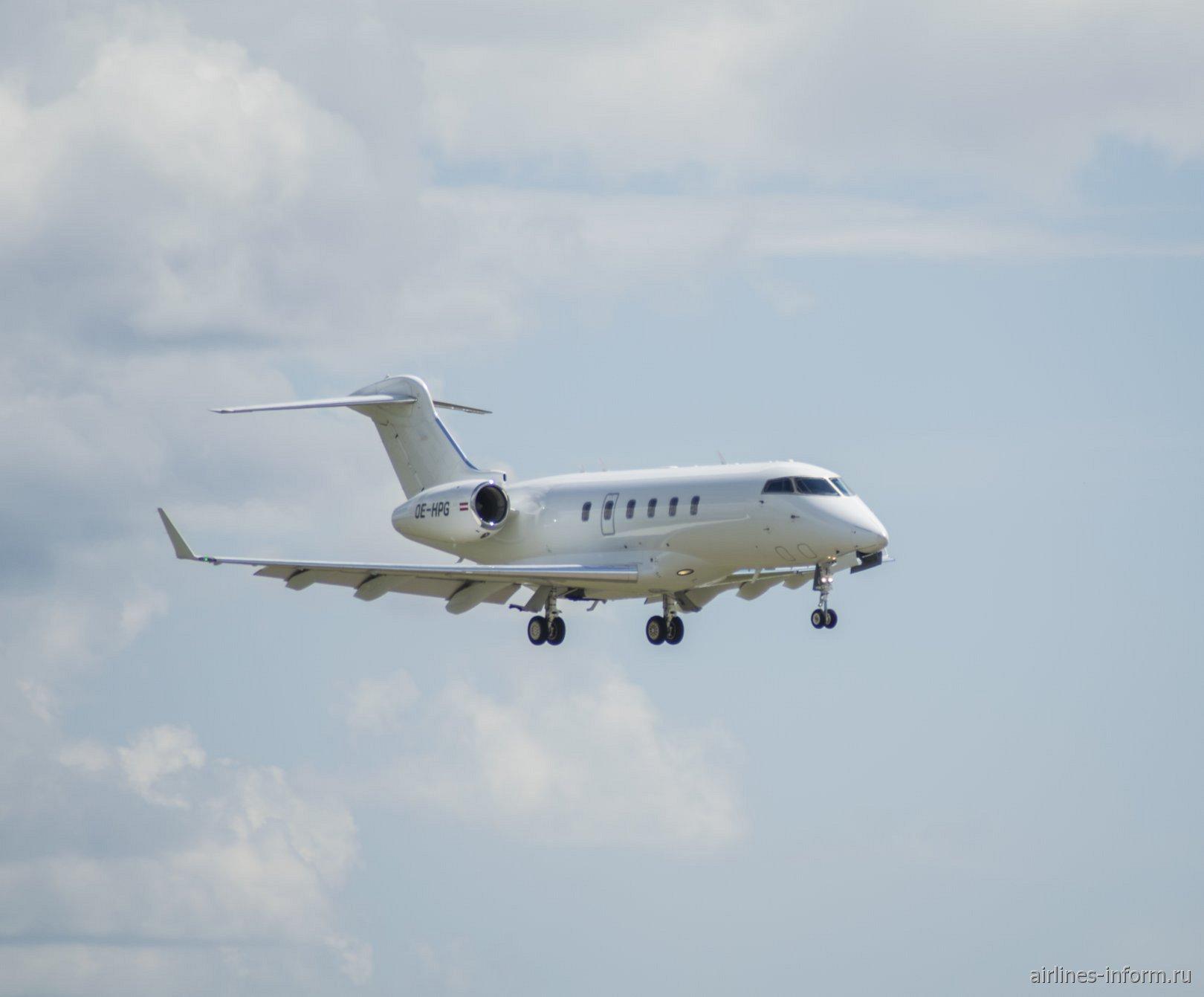 Бизнес-джет Bombardier Challenger 300 рег. номер OE-HPG перед посадкой в аэропорту Внуково