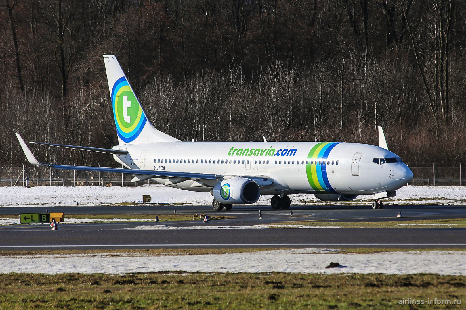Боинг-737-800 PH-HZN авиакомпании Transavia перед взлетом в аэропорту Зальцбурга