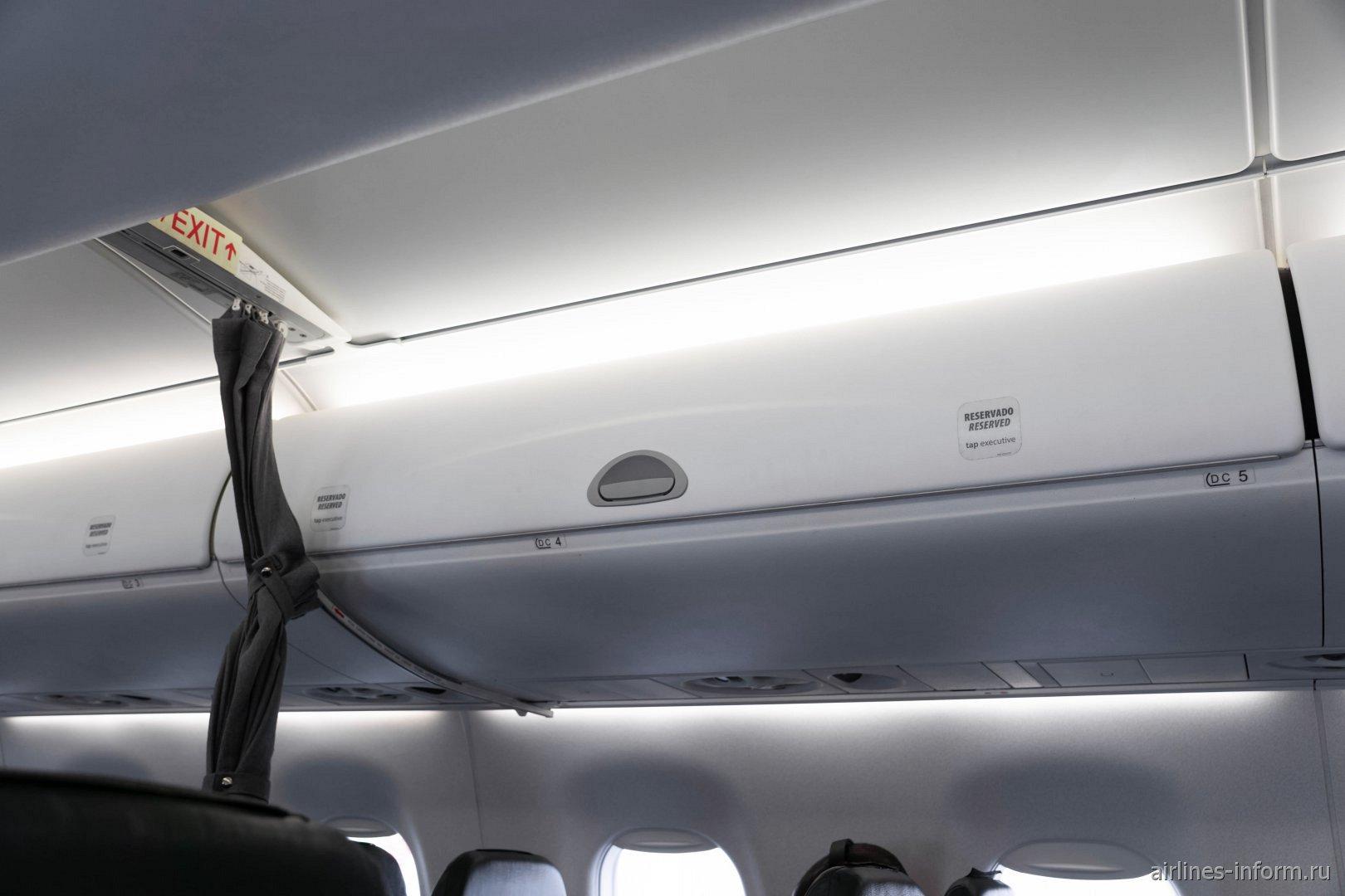 Багажные полки в самолете Embraer 190