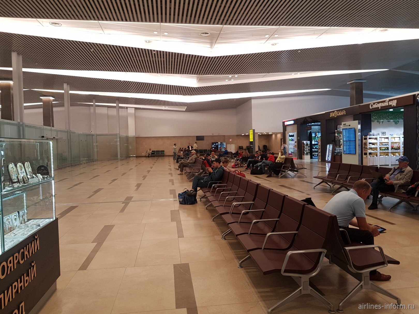 Зал ожидания в чистой зоне нового терминала аэропорта Красноярск Емельяново