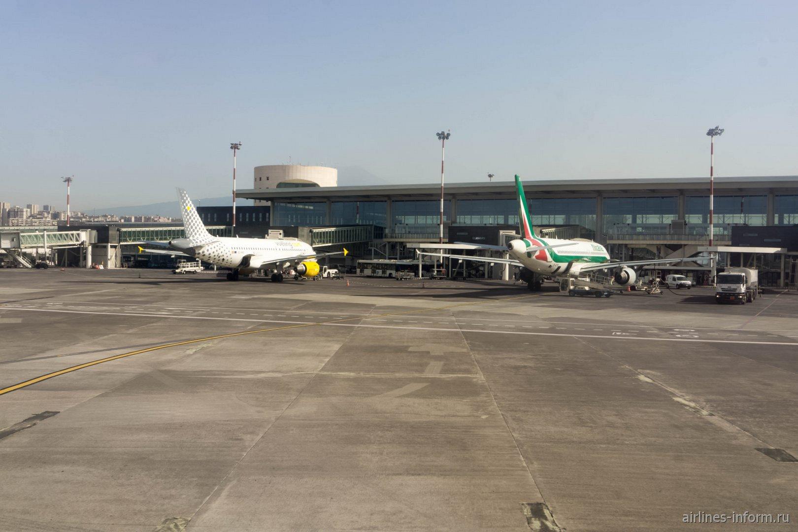Самолеты у пассажирского терминала аэропорта Катания-Фонтанаросса