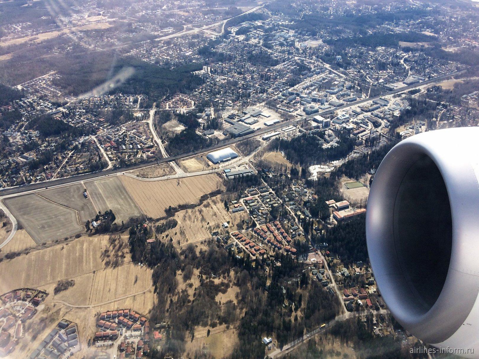 Вид из иллюминатора при взлете из аэропорта Хельсинки Вантаа