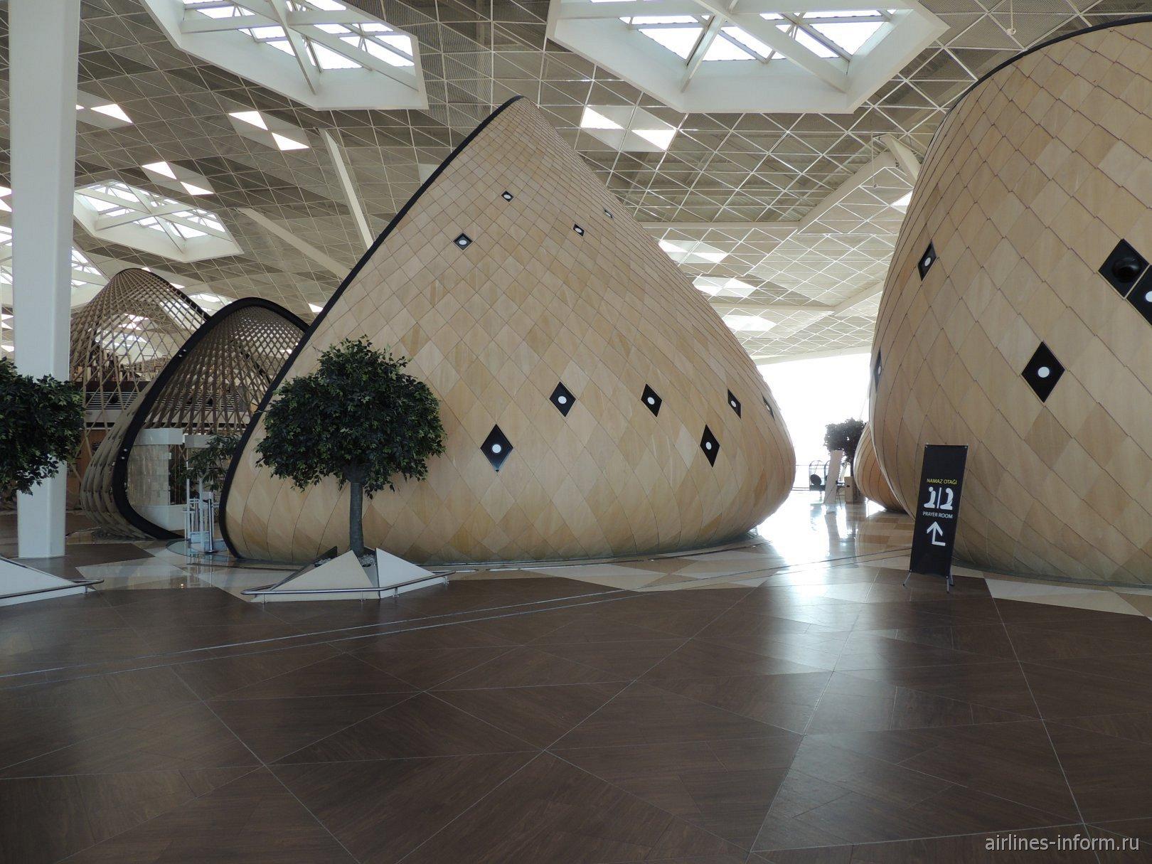 Коконы в чистой зоне терминала 1 аэропорта Баку имени Гейдара Алиева
