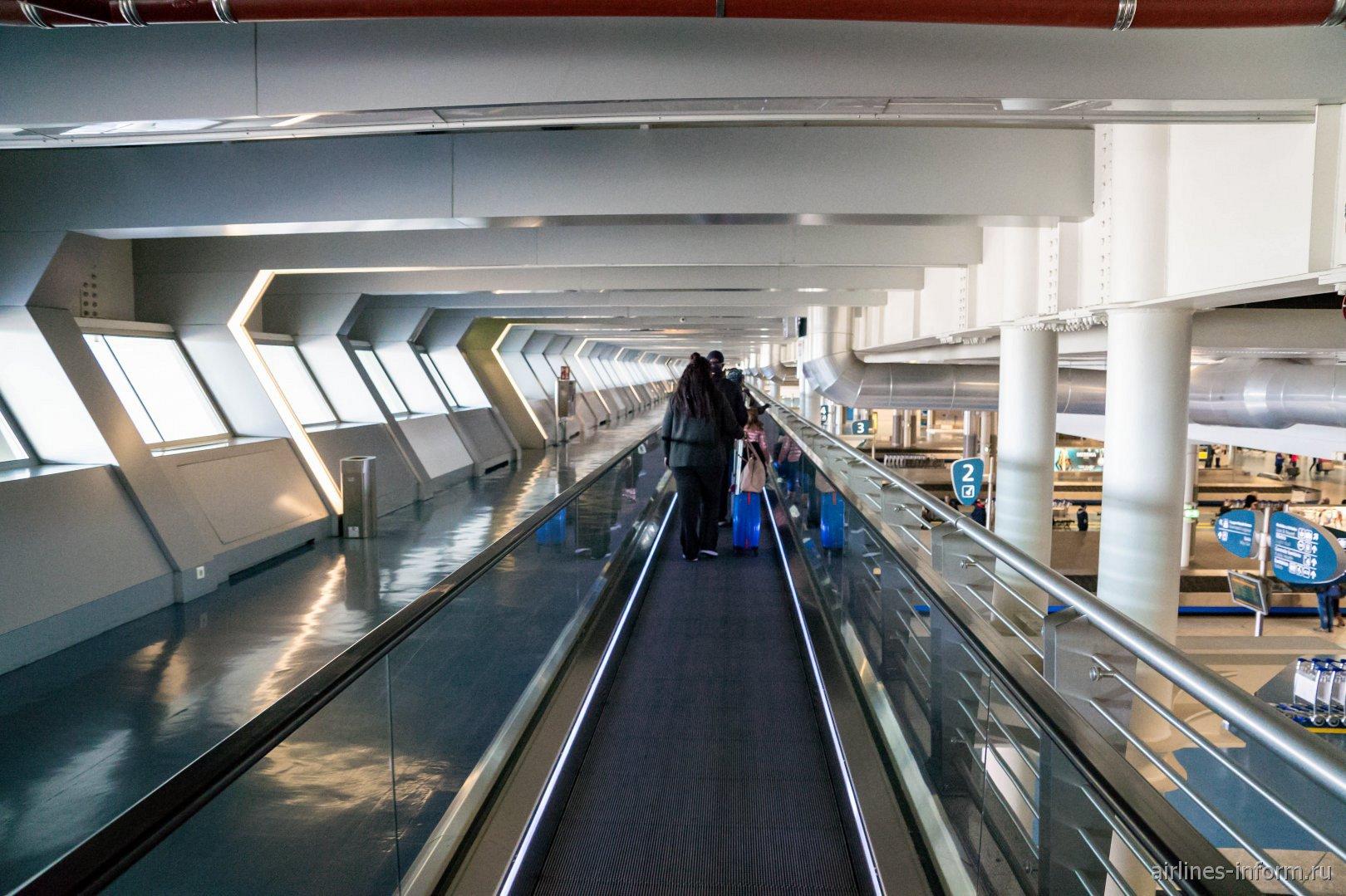 Галерея прибытия в аэропорту Порту имени Франсишку Карнейру
