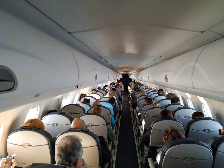 Пассажирский салон самолета Embraer 190 Международный авиалиний Украины