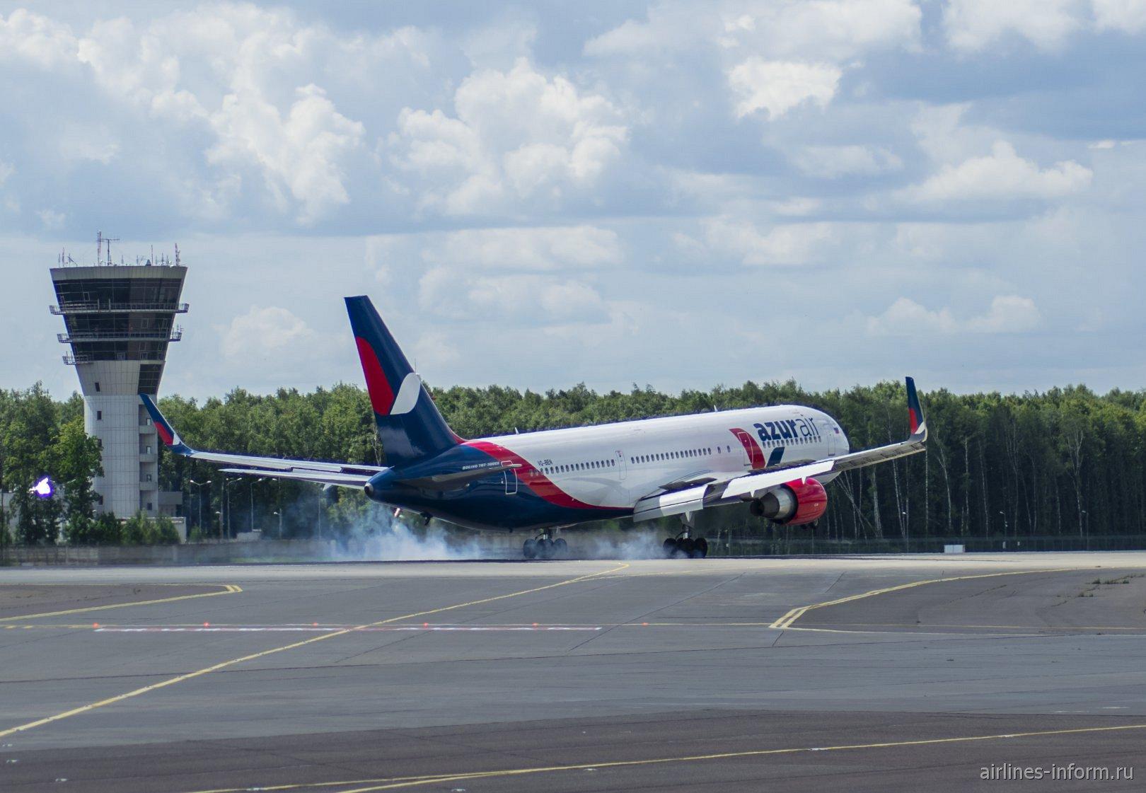 Боинг-767-300 авиакомпании Azur Air садится в аэропорту Внуково