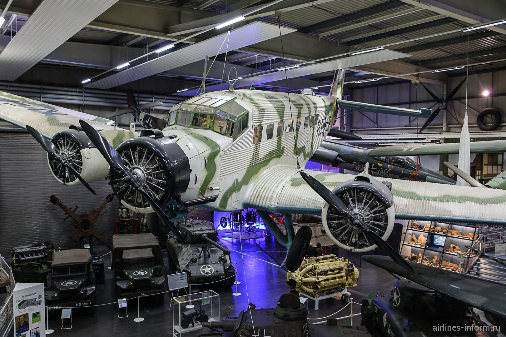 Самолет Юнкерс Ю-52 в музее техники в Зинсхайме