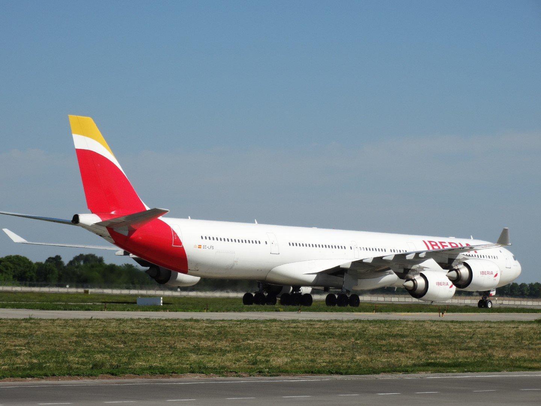 Самолет Airbus A340-600 EC-LFS авиакомпании Iberia в аэропорту Киев Борисполь