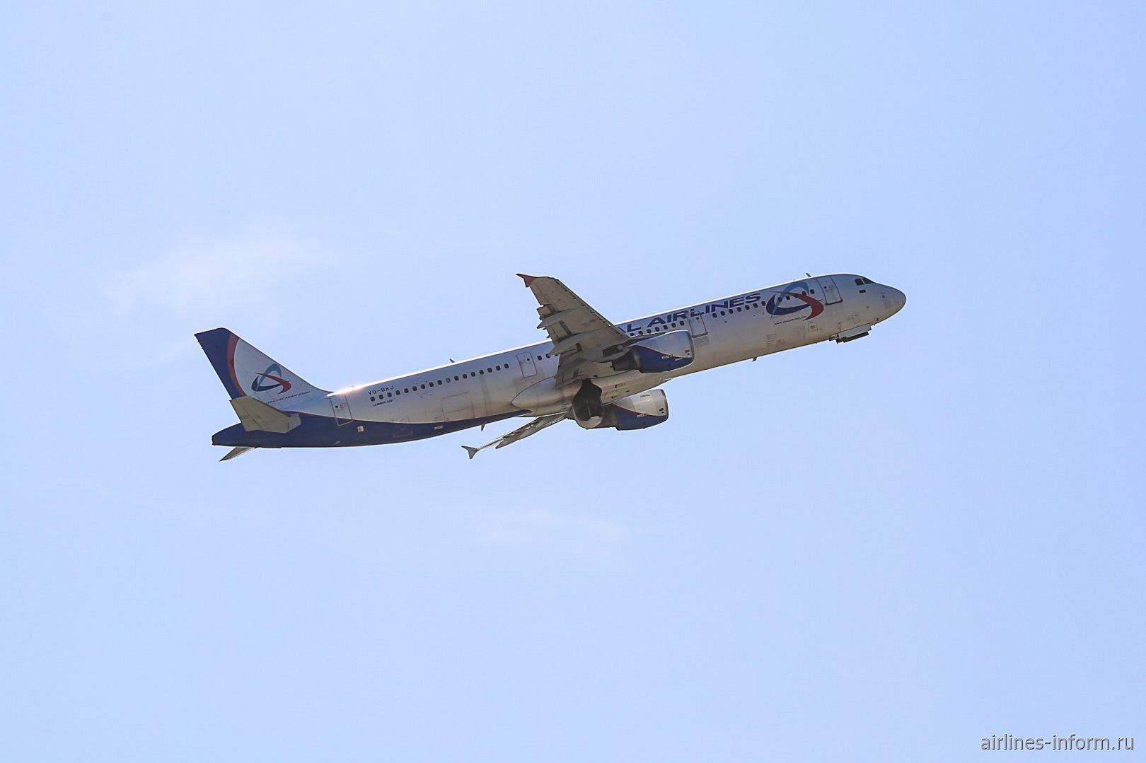 Взлет самолета Airbus A321 Уральских авиалиний из аэропорта Жуковский