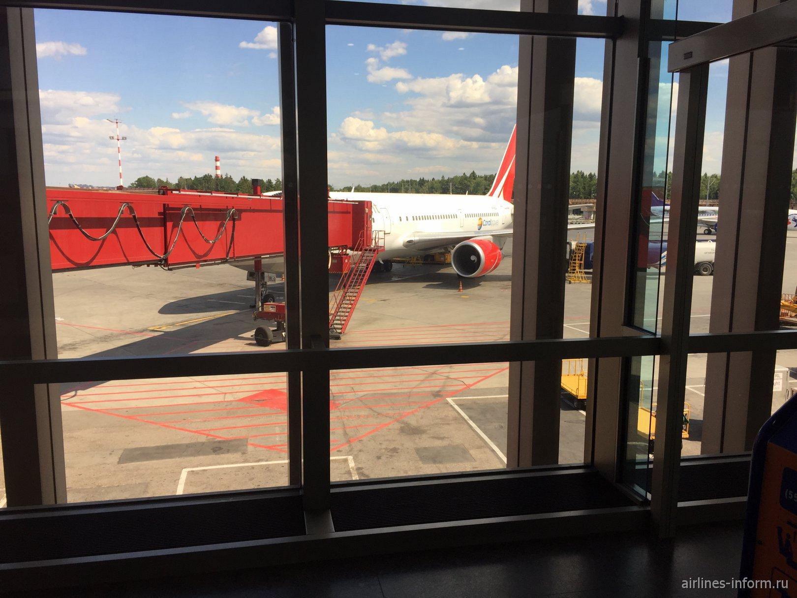 Прошёл я через весь терминал и вижу самолёт на котором я полечу