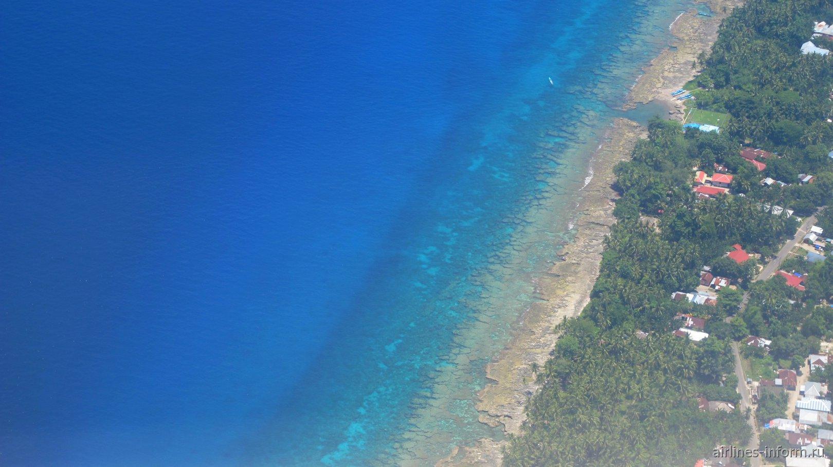 Древний коралловый риф на побережье острова Амбон в Индонезии