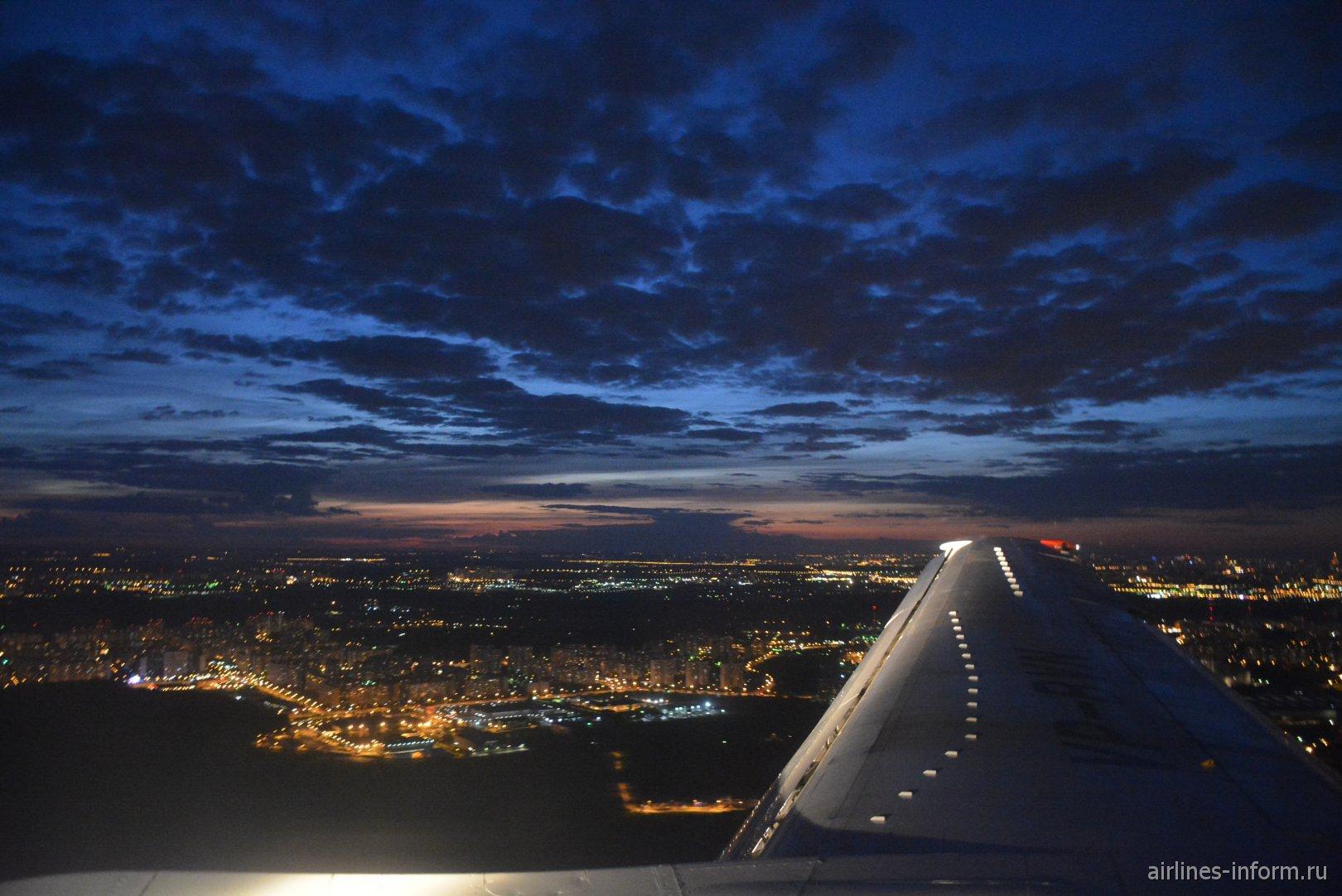 Вечерние облака над Москвой перед посадкой во Внуково