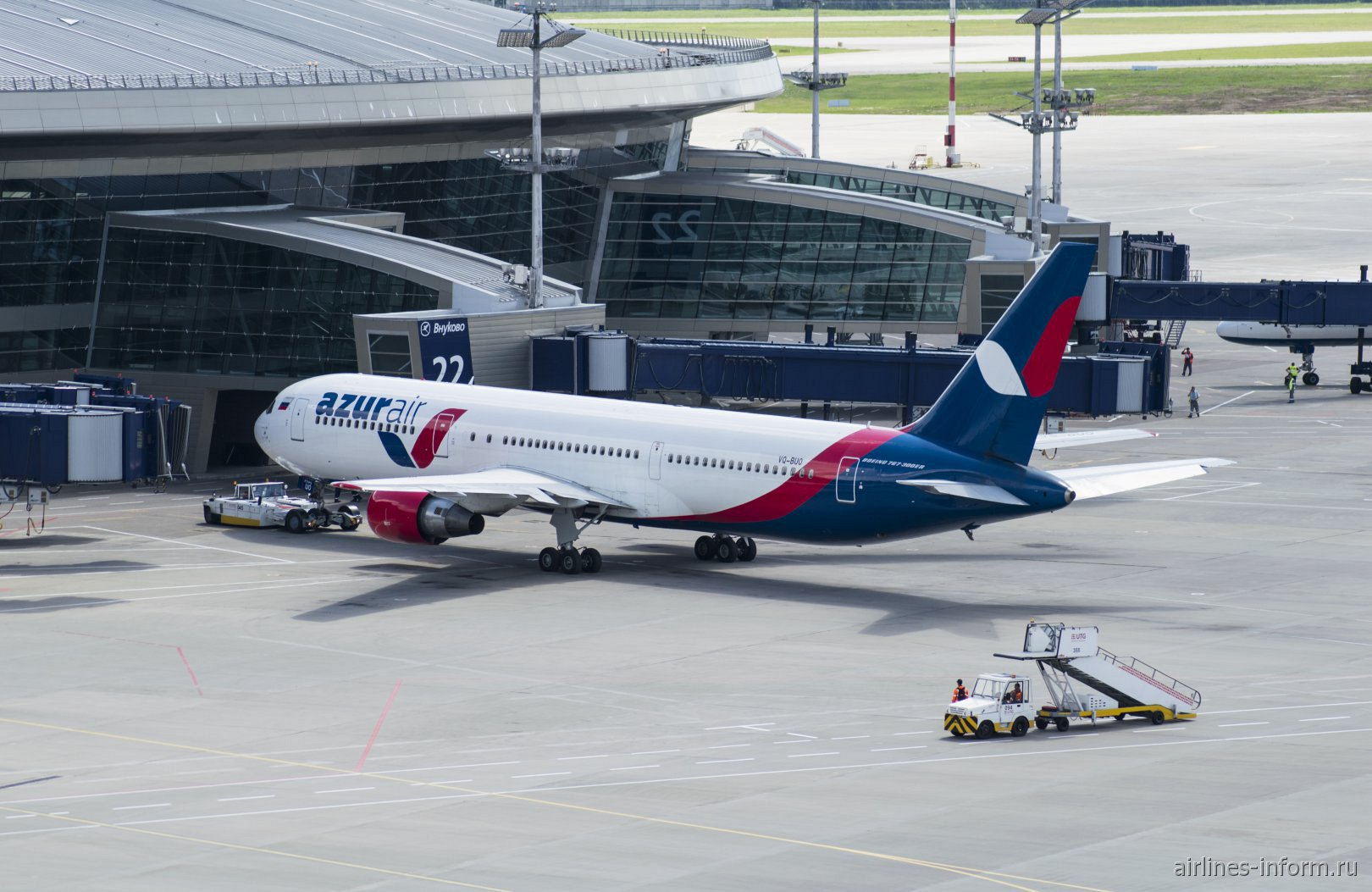 Боинг-767-300 VQ-BUO авиакомпании Azur Air у пассажирского терминала аэропорта Внуково