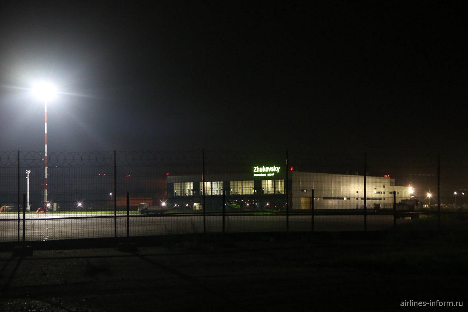 Аэропорт Жуковский ночью