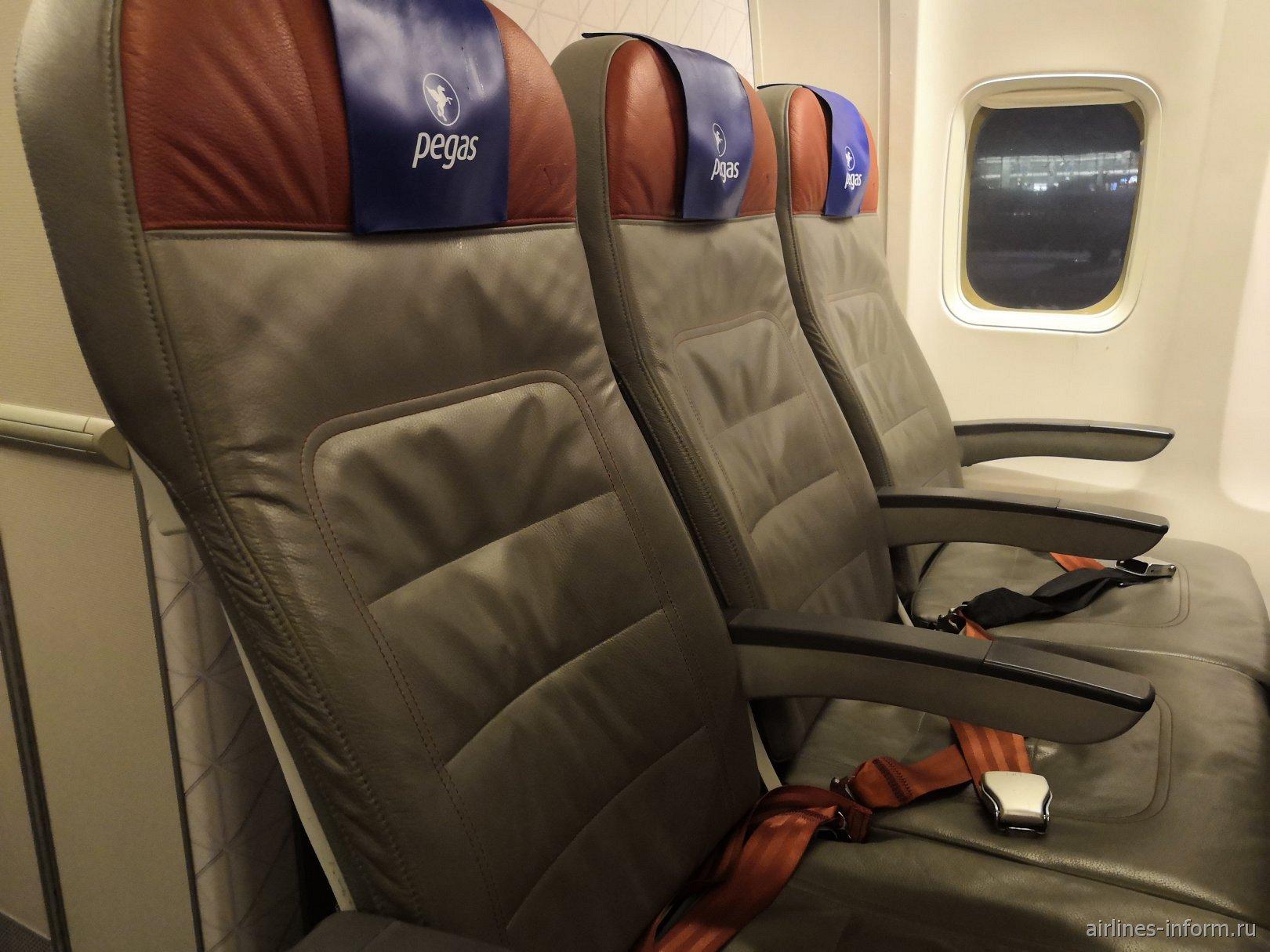Пассажирские кресла в самолете Боинг-737-800 авиакомпании Pegas Fly