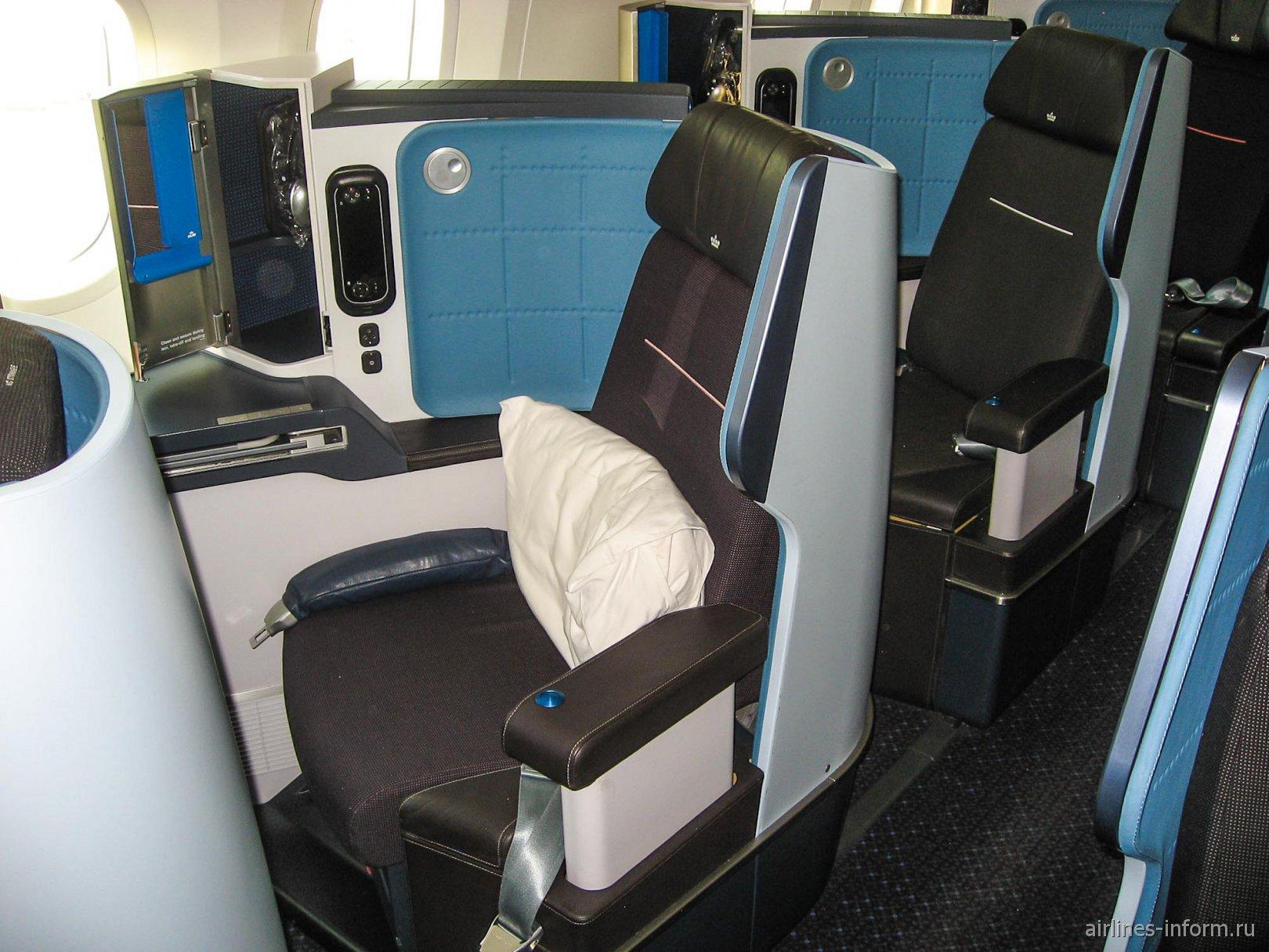 Место пассажира бизнес-класса в самолете Боинг-787-9 авиакомпании KLM