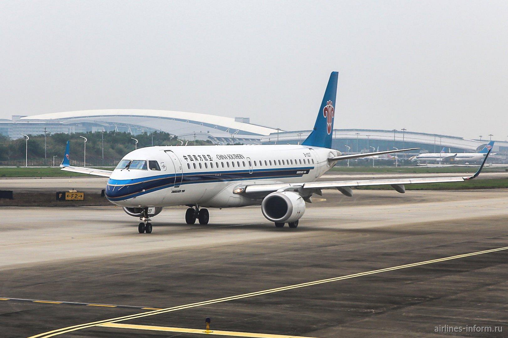 Самолет Embraer 190 авиакомпании China Southern Airlines в аэропорту Гуанчжоу