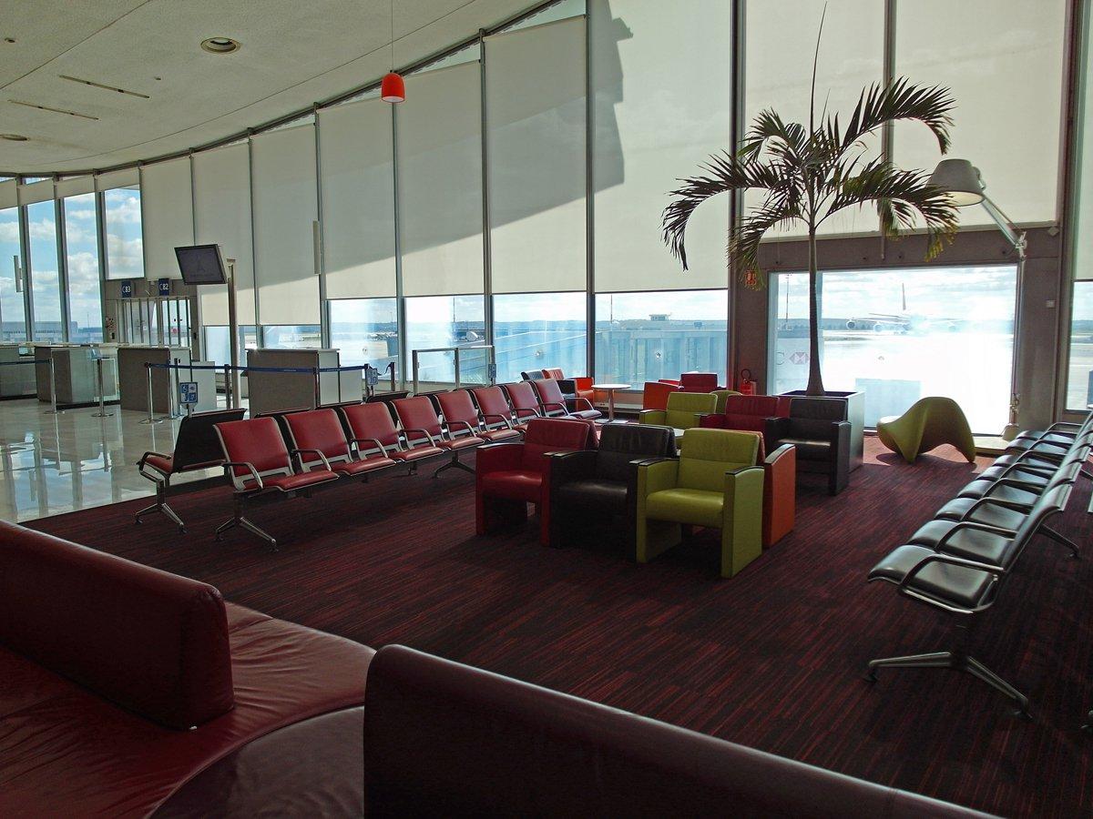 Места для ожидания в чистой зоне терминала 2C аэропорта Париж Шарль-де-Голль