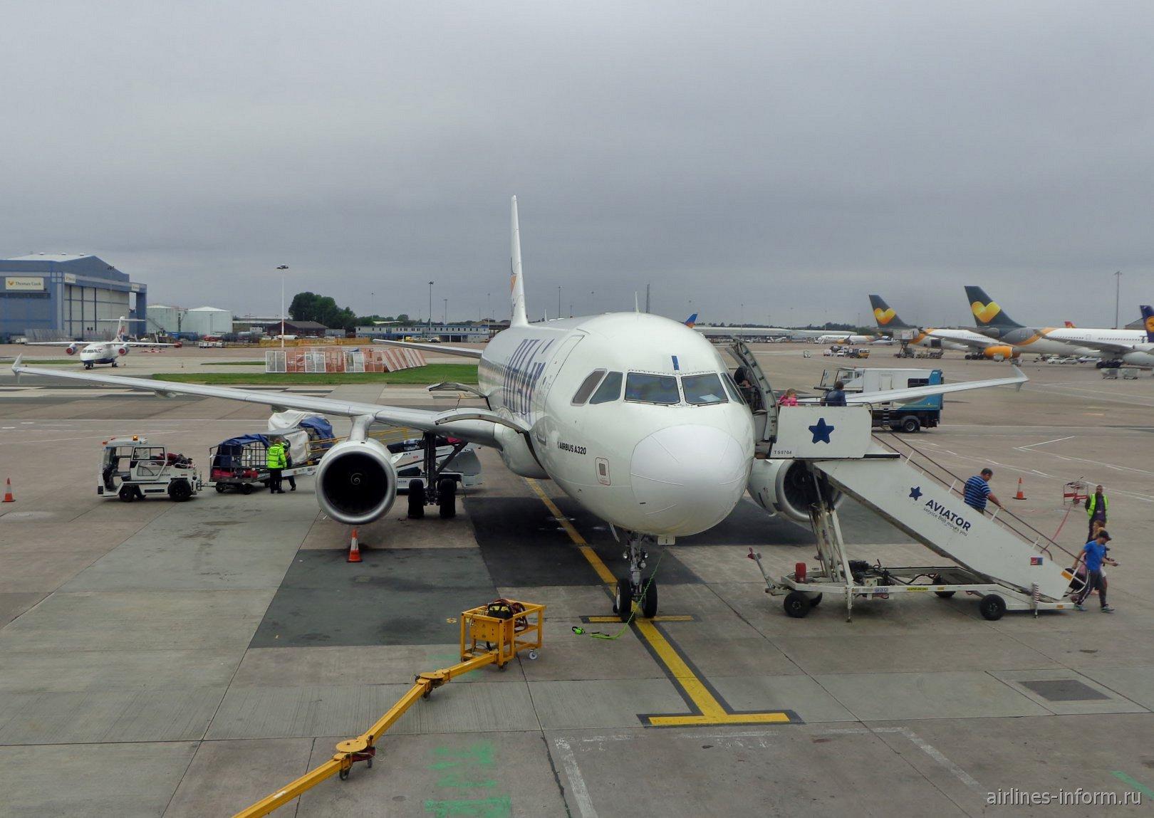 Самолет Airbus A320 авиакомпании BH Air в аэропорту Манчестера